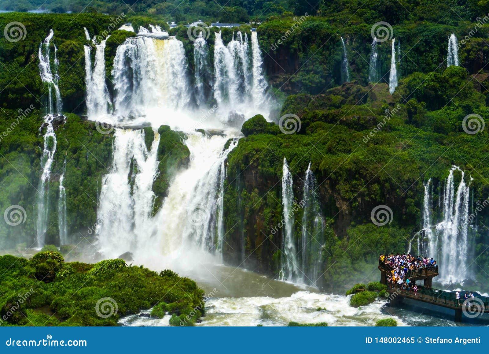 Turyści przy Iguazu spadkami