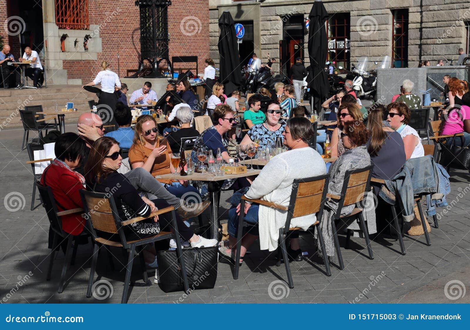 Turyści przy restauracją w Amsterdam, Holandia