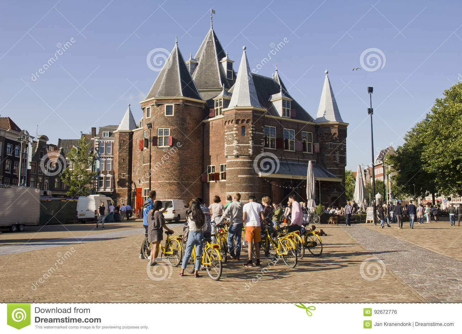 Turyści przy ważenie budynkiem w Amsterdam