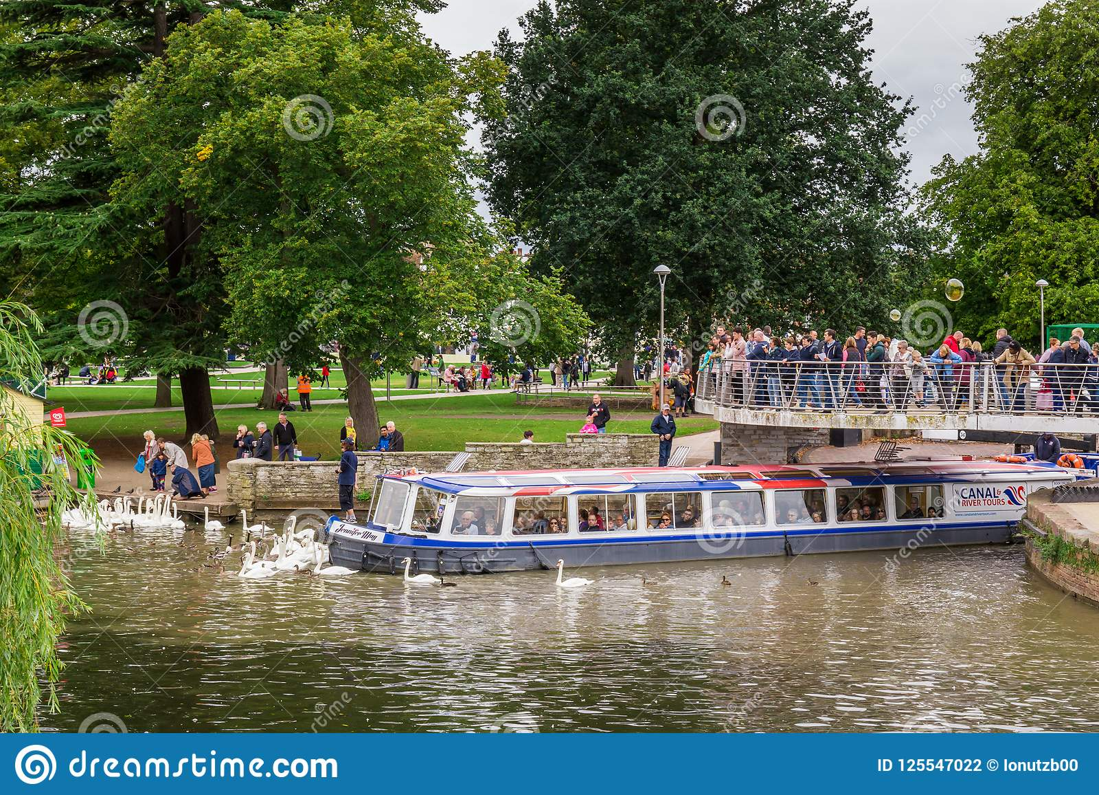 Turyści w łodzi otaczającej łabędź, Stratford na Avon, William Shakespeare ` s miasteczko, Westmidlands, Anglia