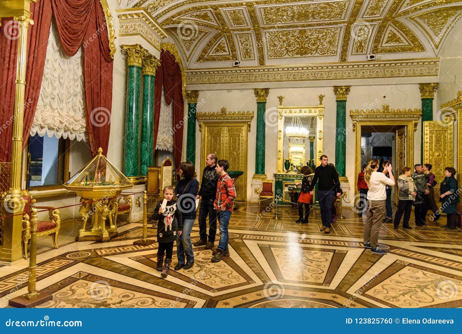 Turyści w Malachitowym pokoju stanu eremu muzeum saint petersburg Rosja