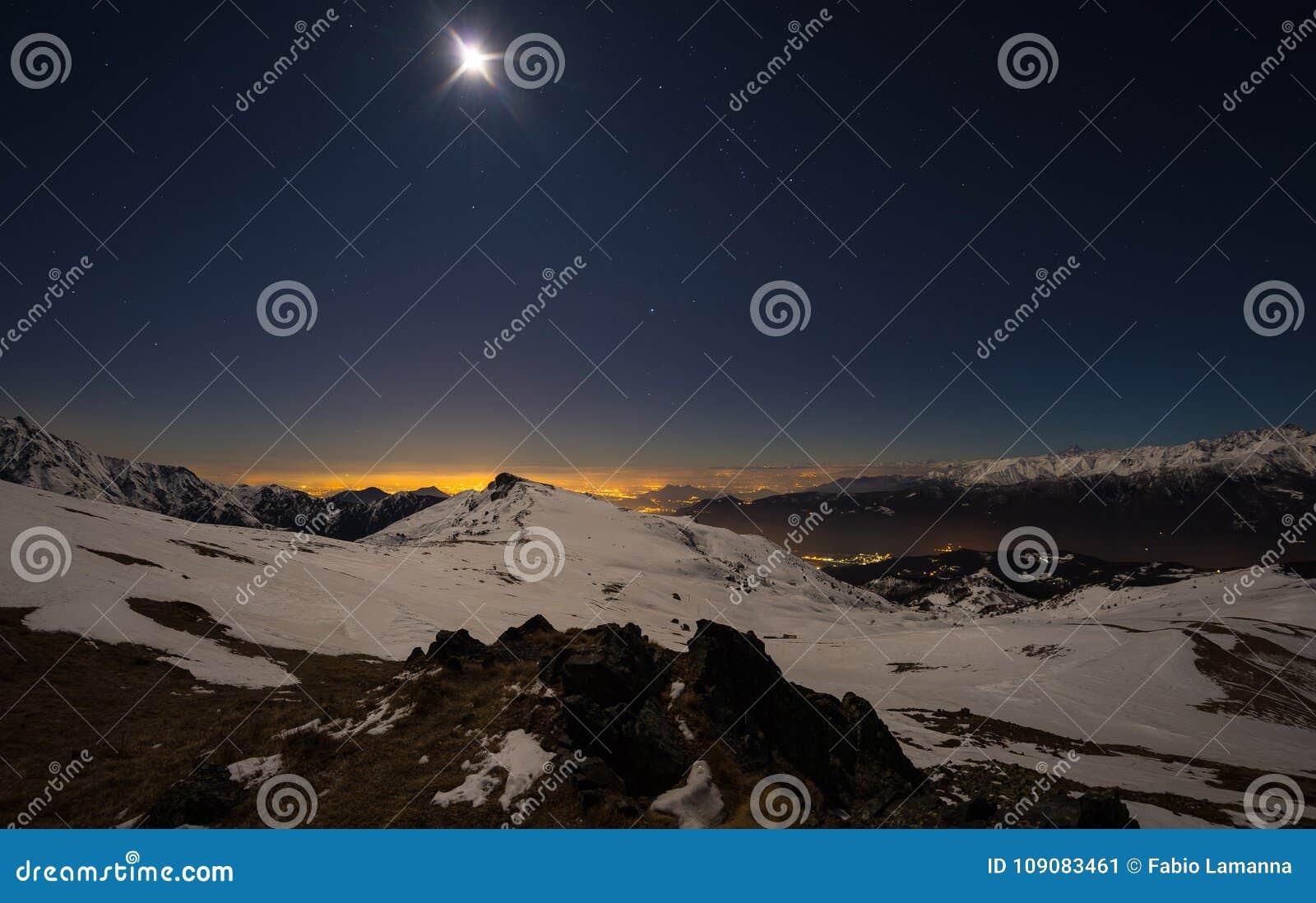 Turyn miasto zaświeca blaskiem księżyca, noc widok od śniegi zakrywających Alps Księżyc i Orion gwiazdozbiór, jasny niebo, fishey