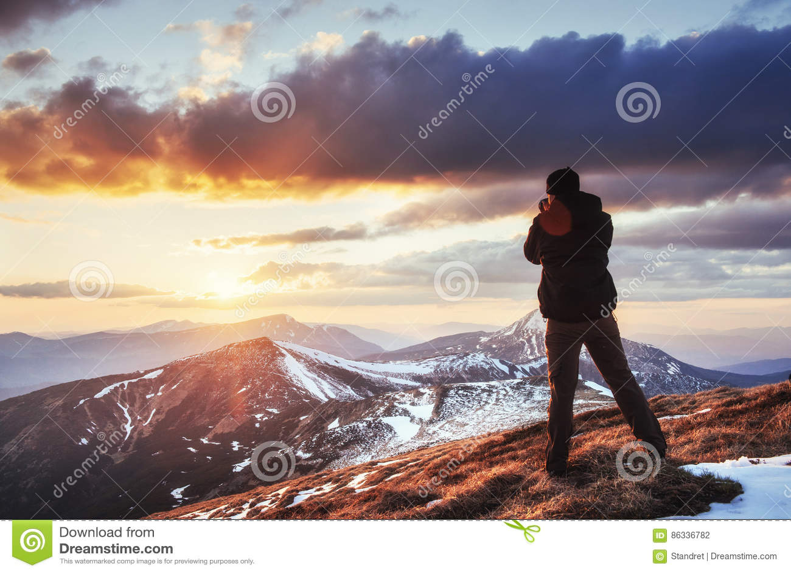 Turystów spojrzenia przy krajobrazem piękny zachód słońca