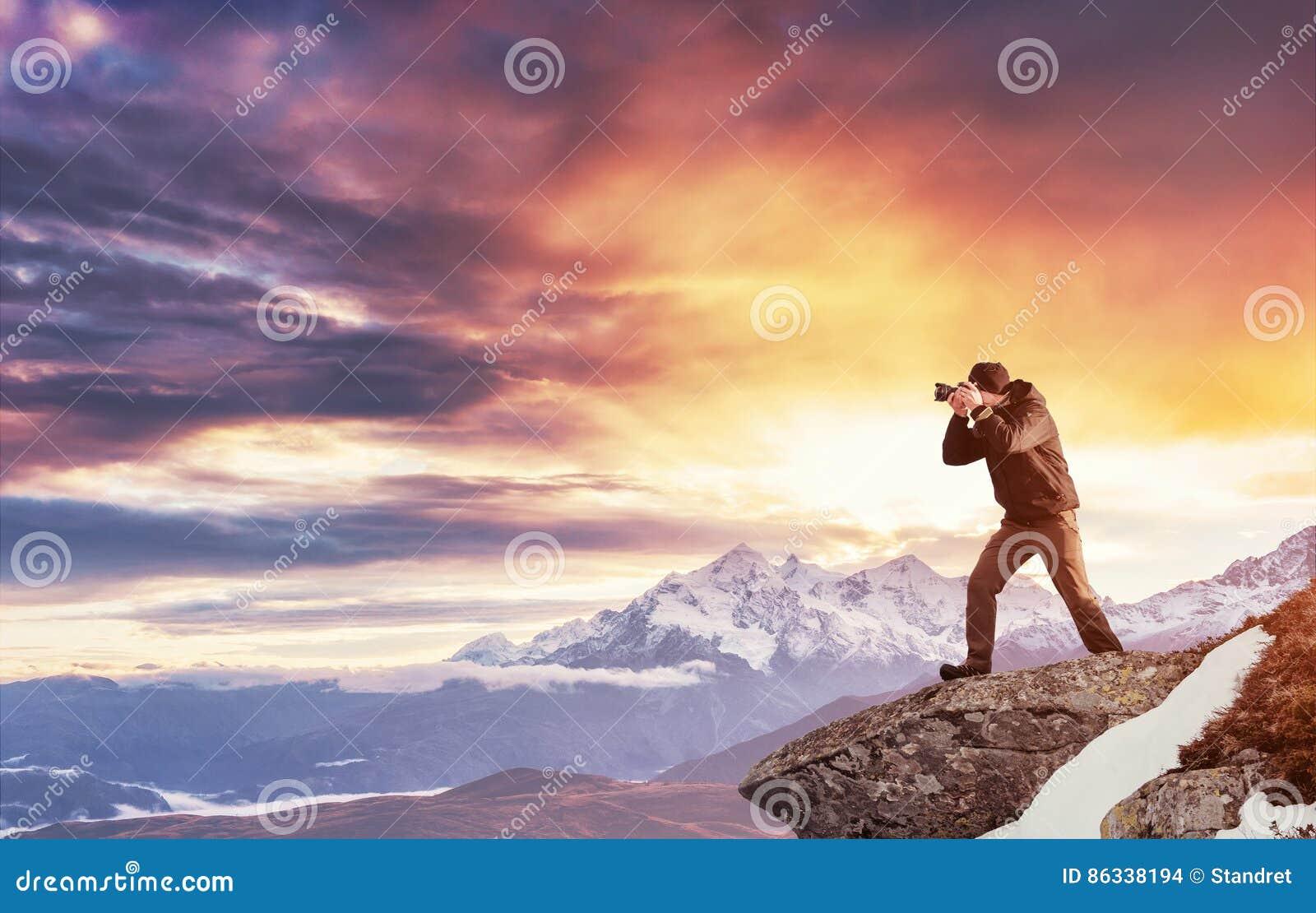 Turystów spojrzenia przy krajobrazem piękny zachód słońca Carpathians,