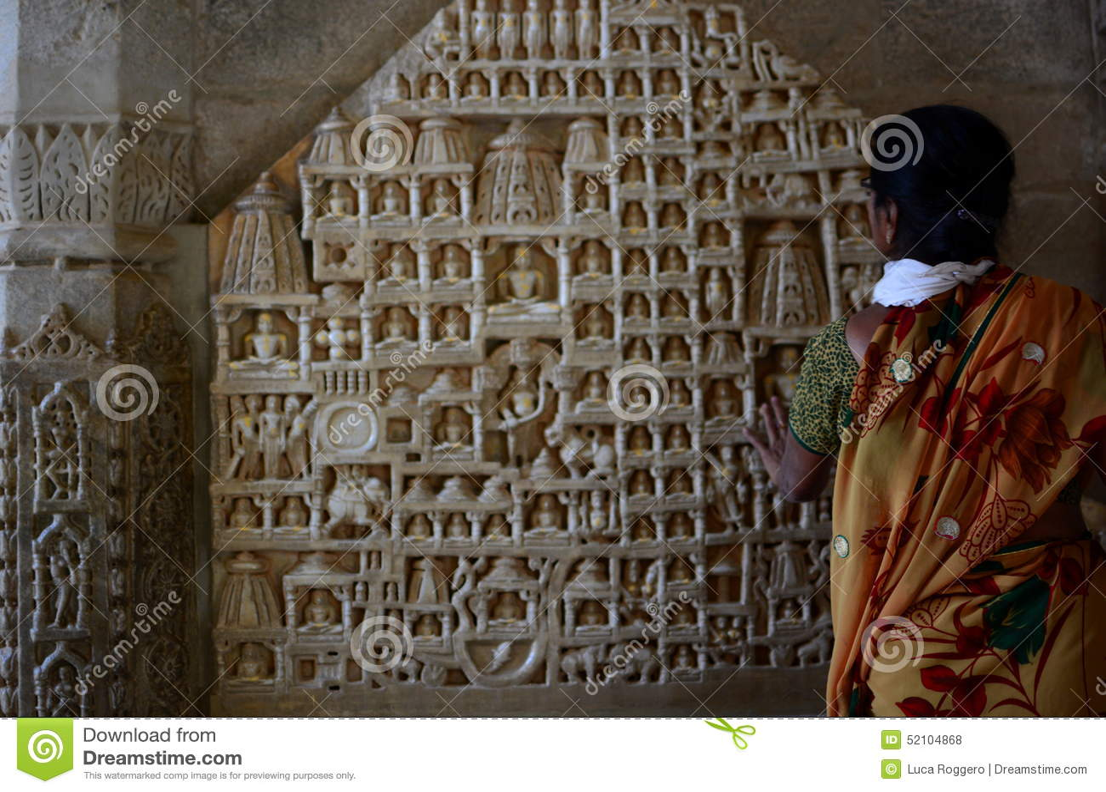 Turysta blisko Tirthankara scupltures jain świątyni Ranakpur Rajasthan indu