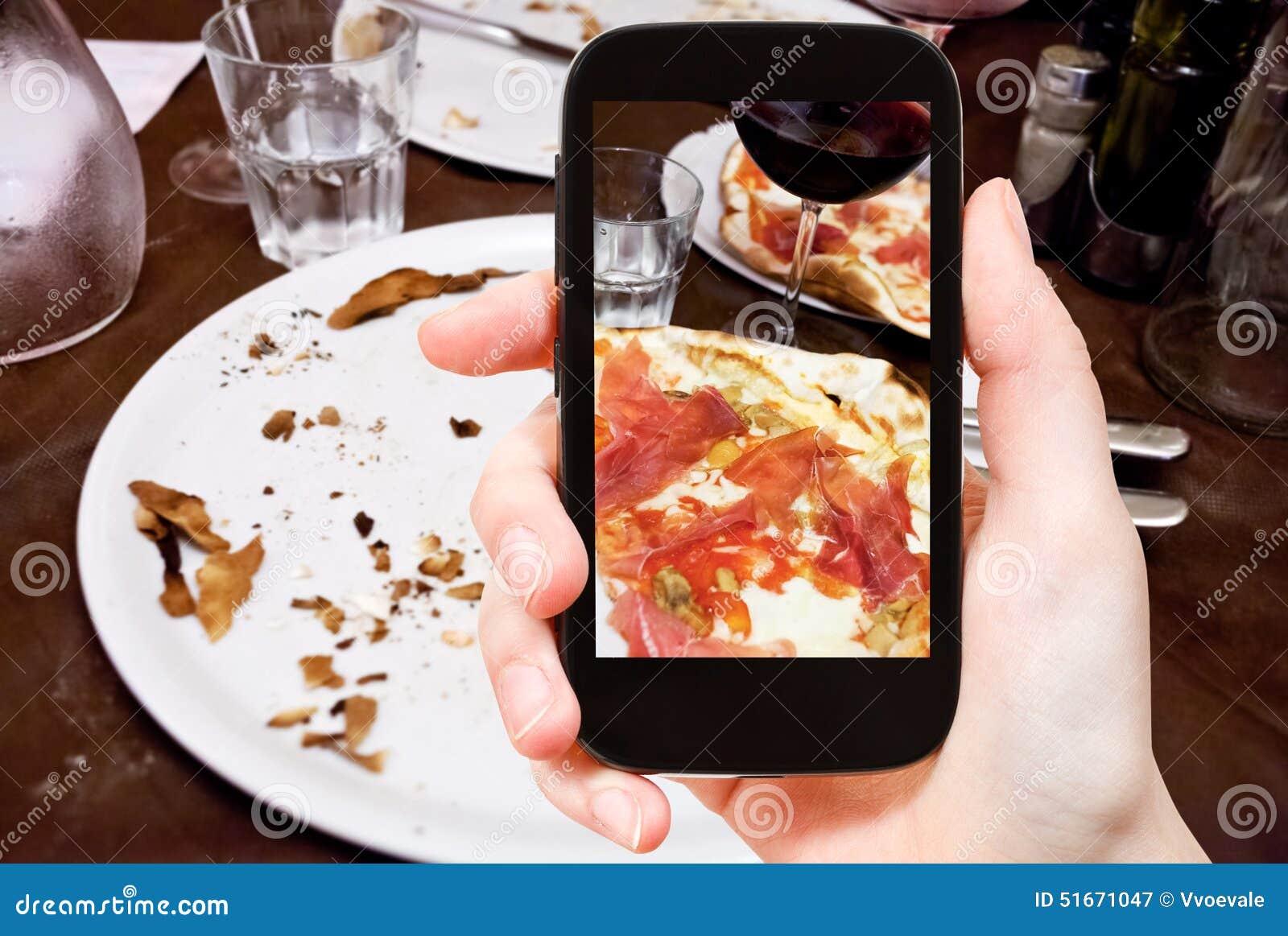 Turysta fotografuje włoską pizzę z Parma baleronem