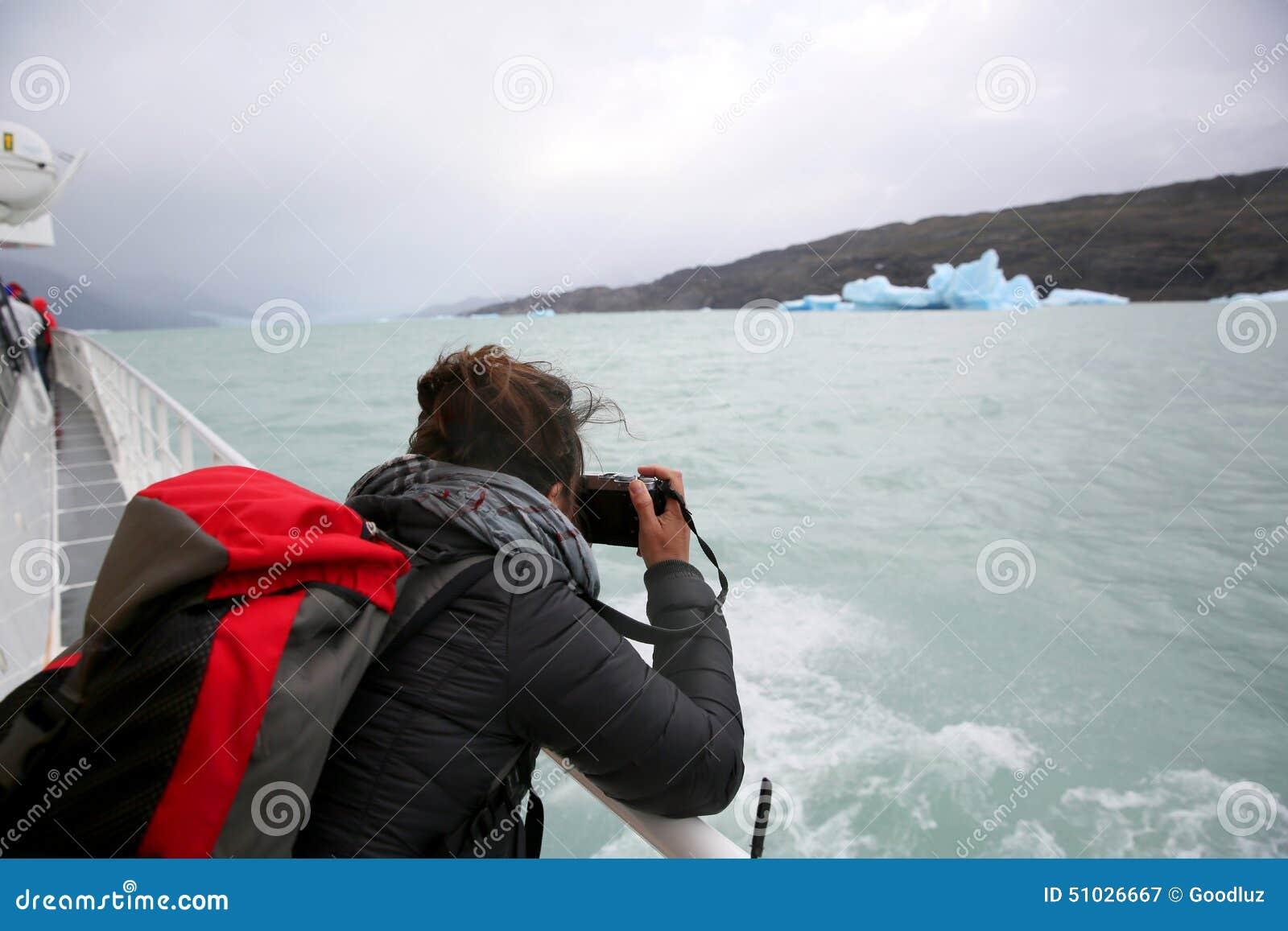 Turysta na łódkowatej bierze fotografii góra lodowa w Argentyna