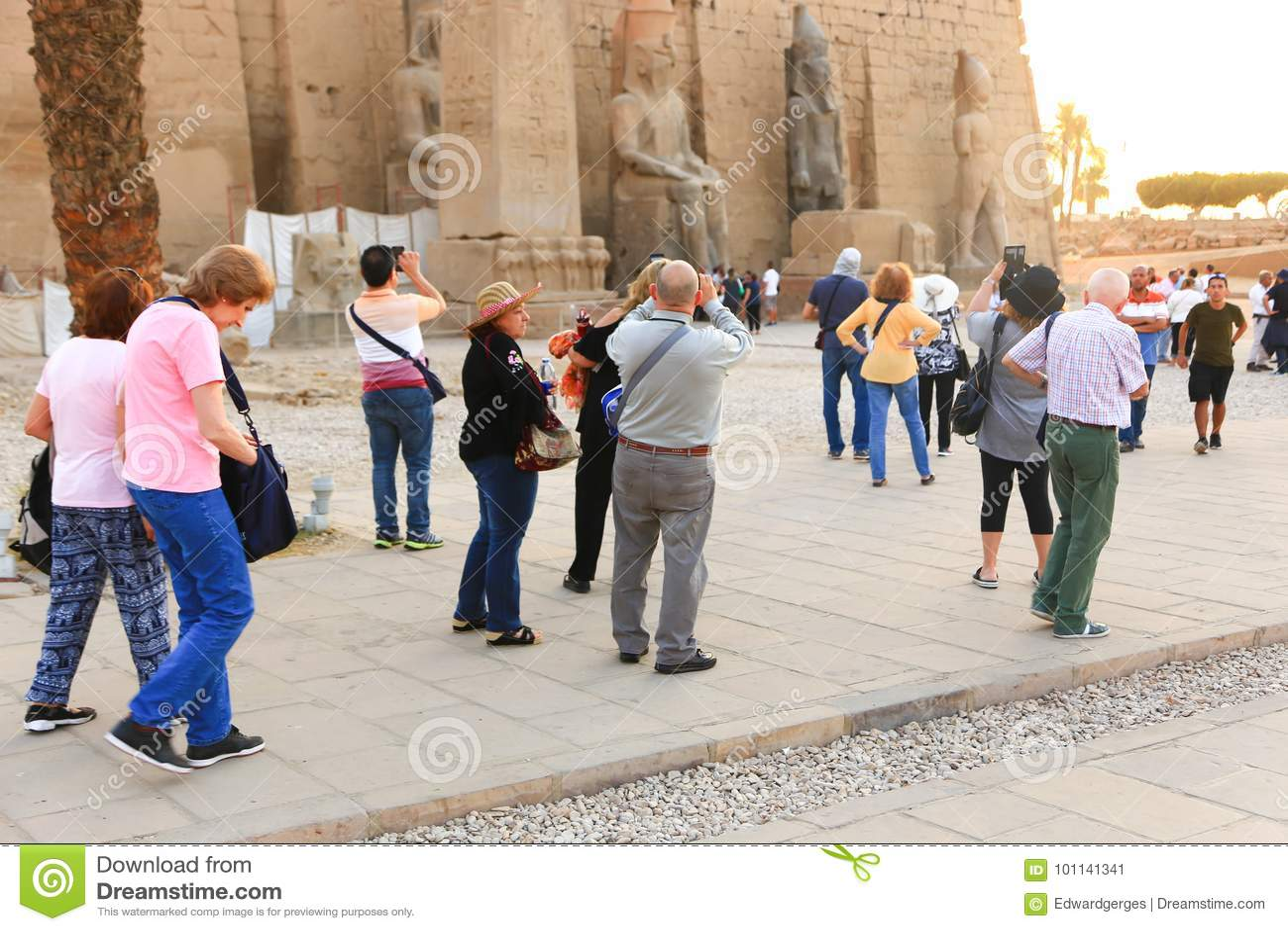 Turysta przy świątynią Luxor, Egipt -