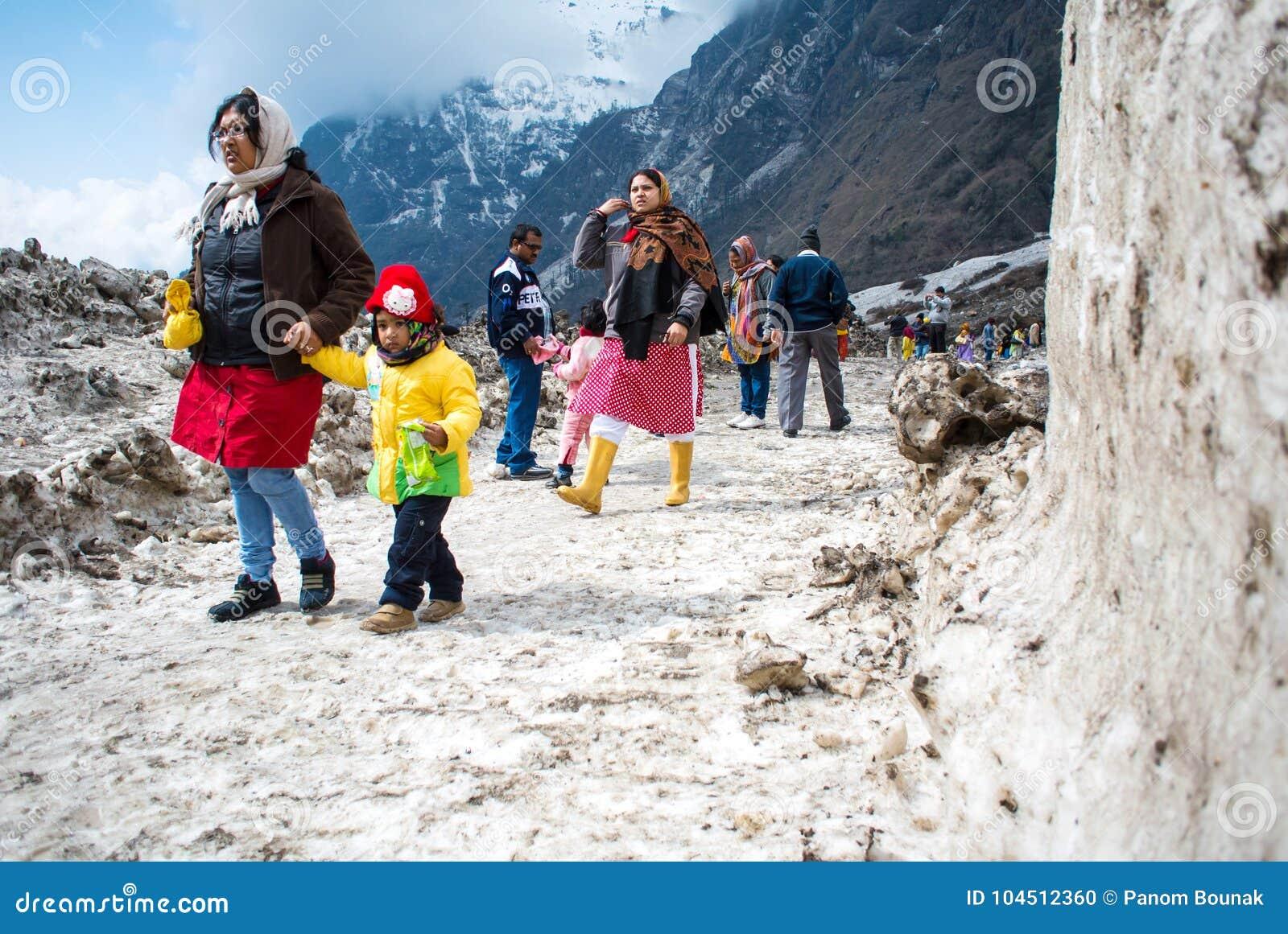 Turysta przy yumthang dolinnym śnieżnym polem w Północnym Sikkim