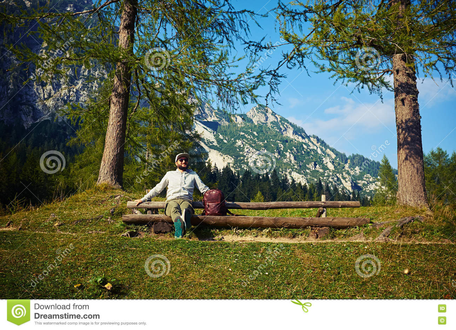 Turysta siedzi na ławce po wspinać się górę