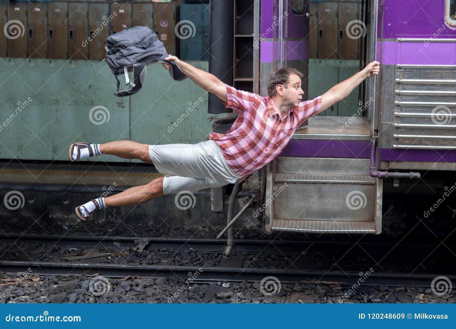 Turysta trzyma poruszającego pociąg