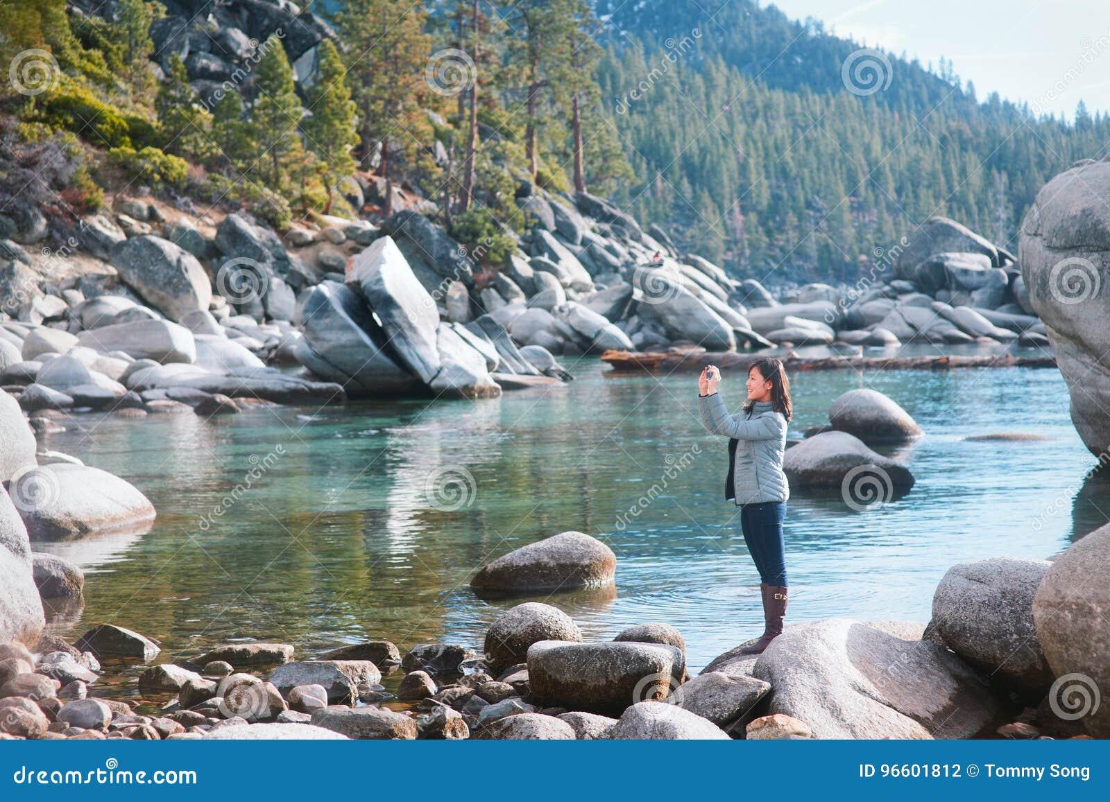 Turysta w jeziornym tahoe