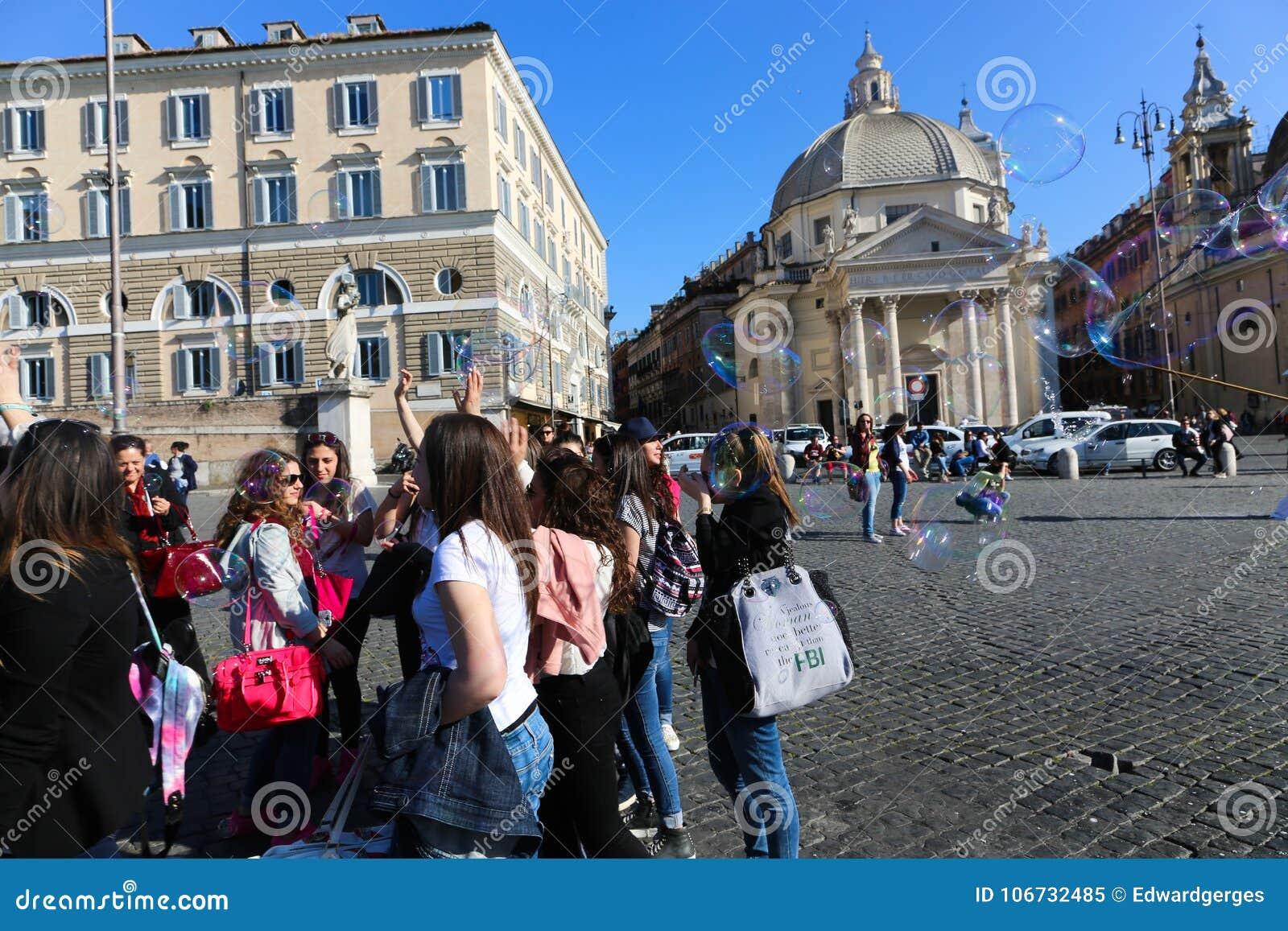 Turysty przespacerowanie przy dziejowymi miejscami przy Rzym