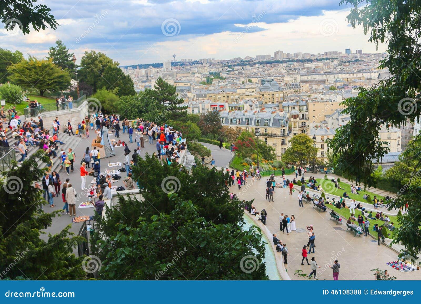 Turysty przespacerowanie w Montmartre, Paryż -
