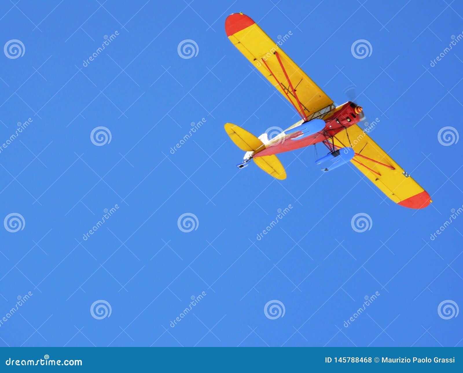Turysty samolot w niebieskim niebie