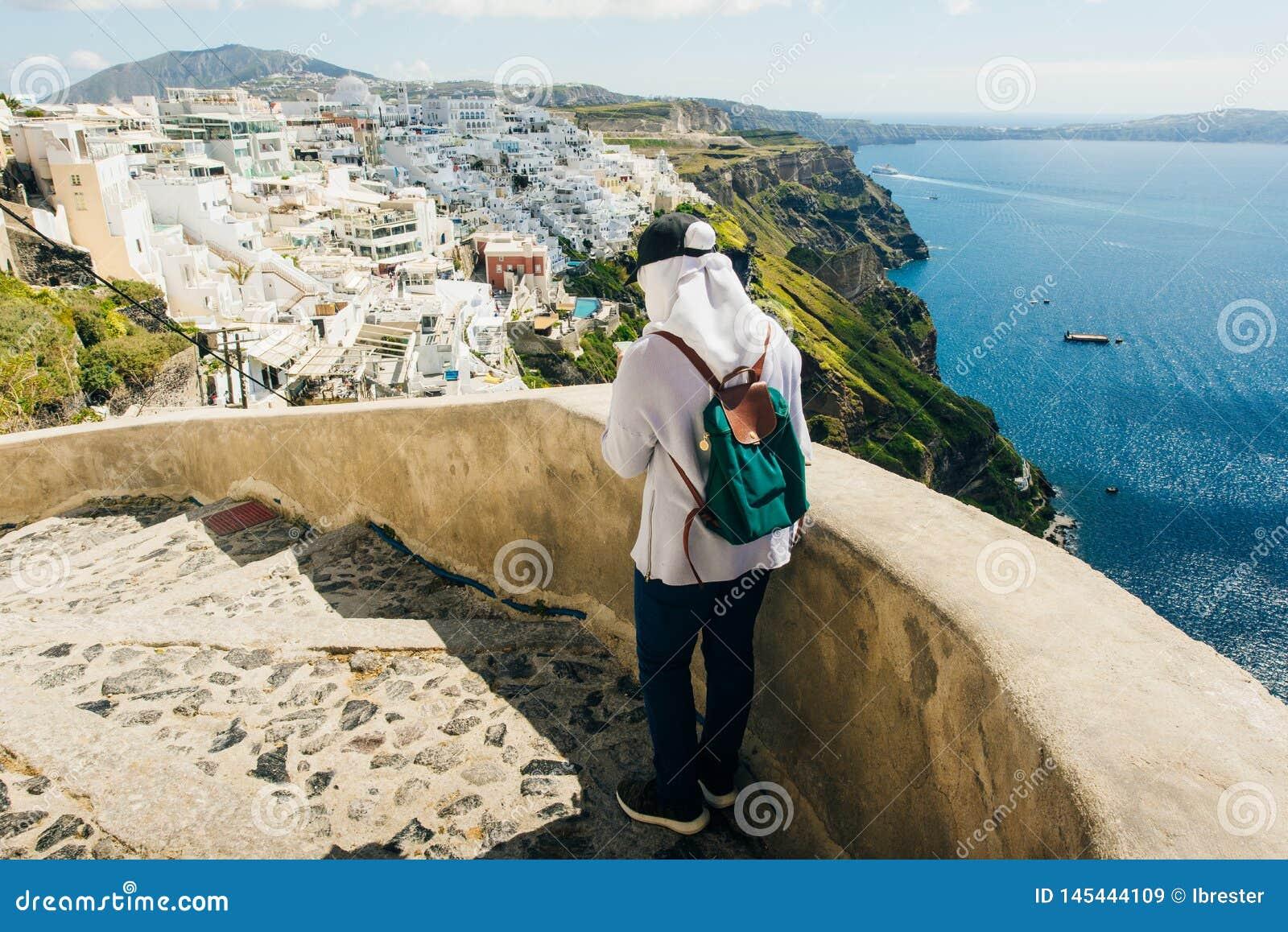 Turystyczna dziewczyna w mieście Fira na wyspie Santorini w Grecja