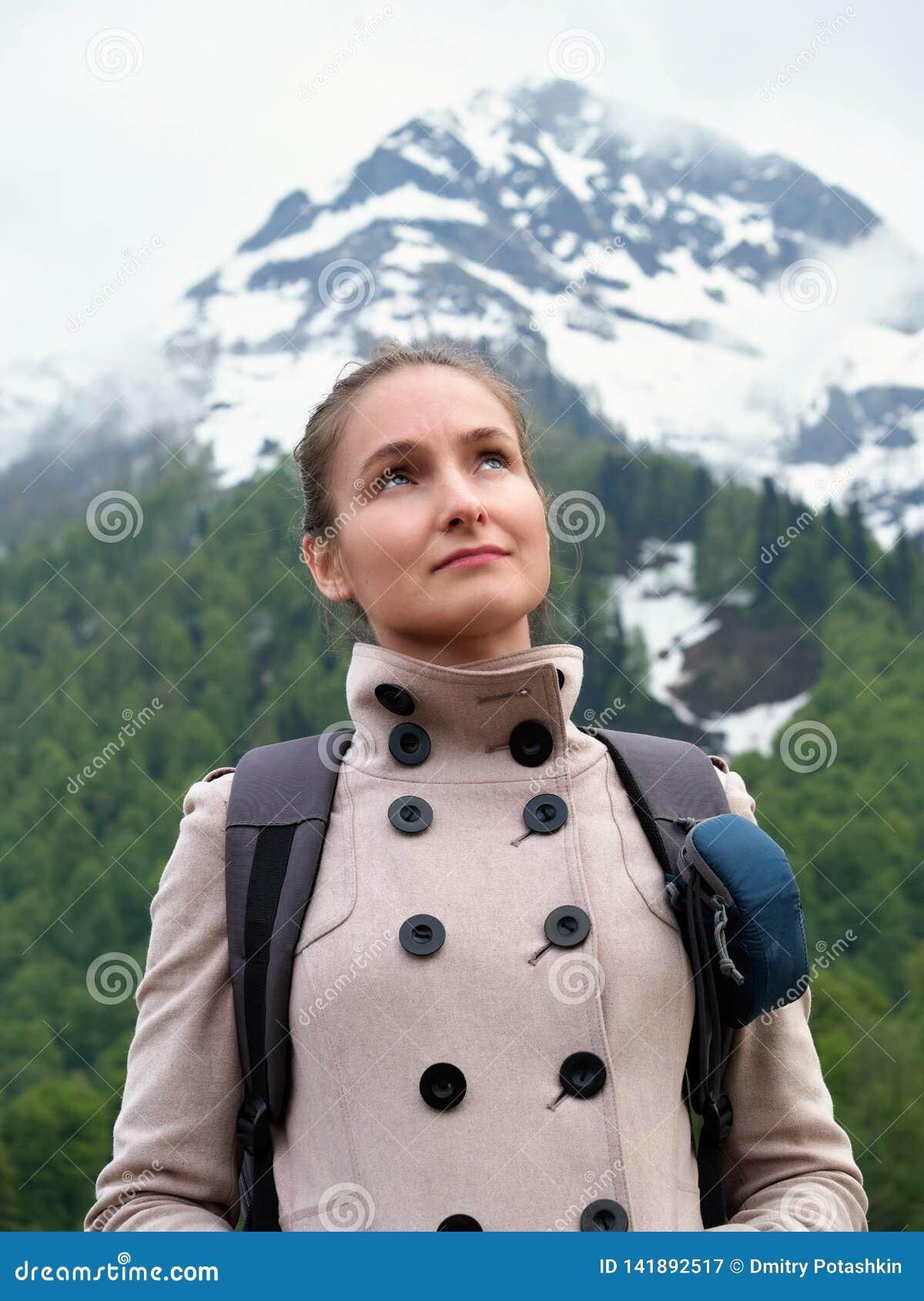 Turystyczna dziewczyna z plecakiem na tle nakrywać góry