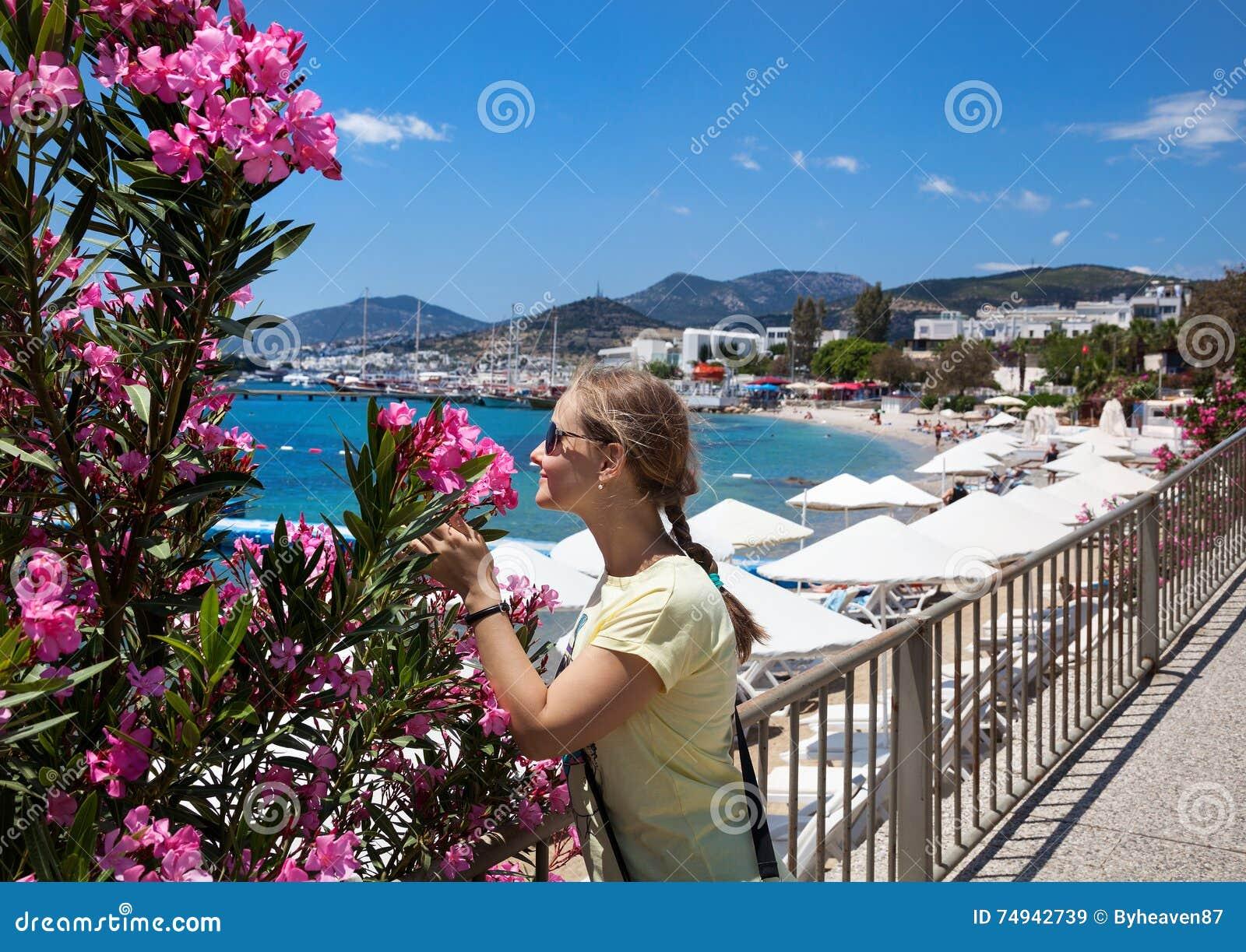 Turystyczna kobieta przy Bodrum plażą