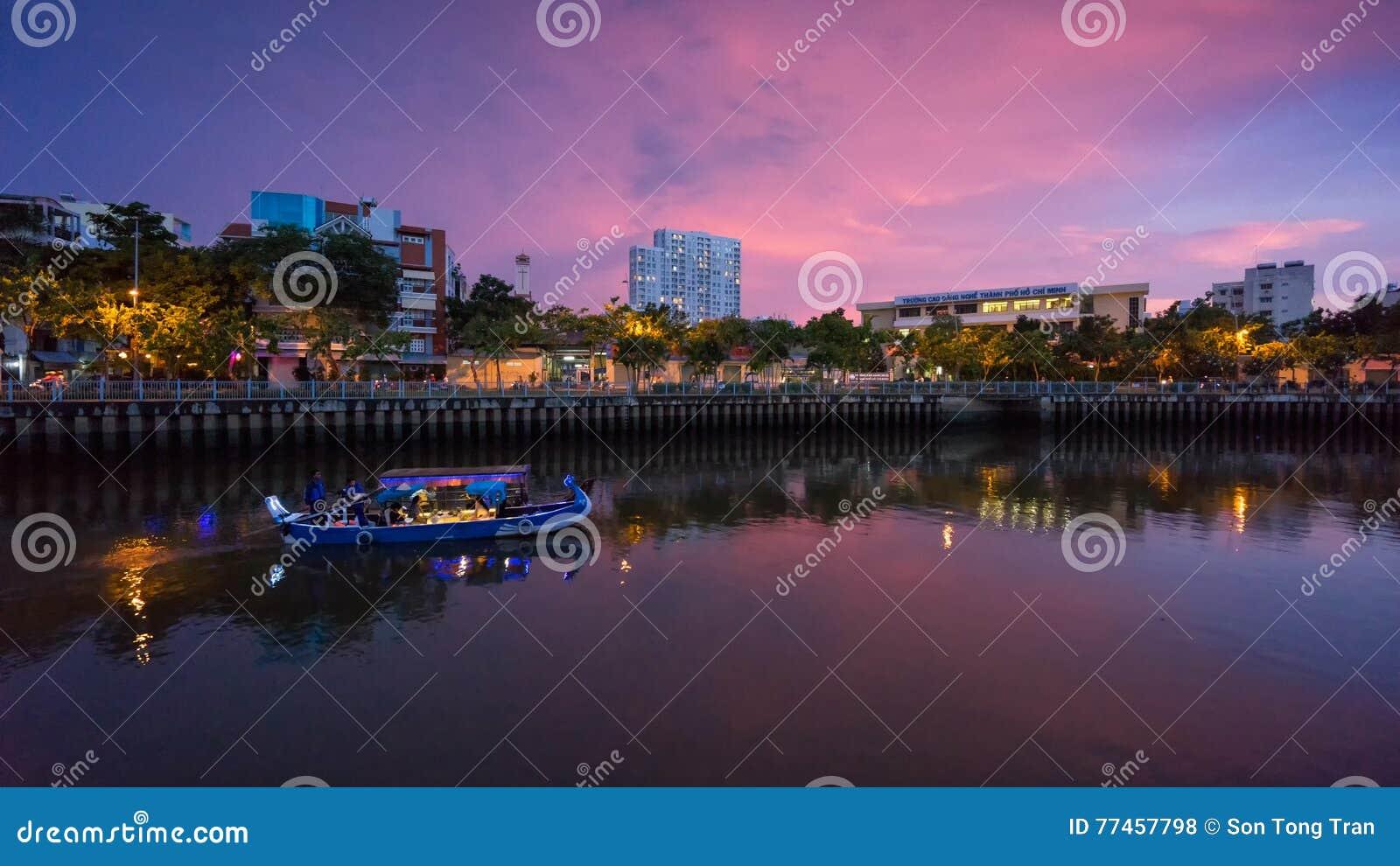 Turystyczne łodzie parkuje przy nabrzeżem przy śródmieściem Saigon