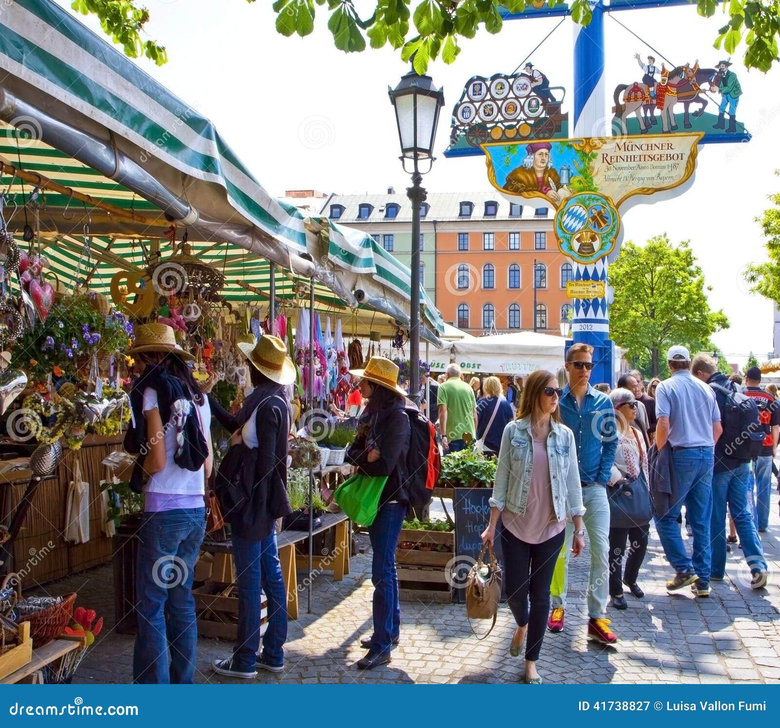 Turystyczne i lokalne nabywcy przy Viktualien Mark w Monachium