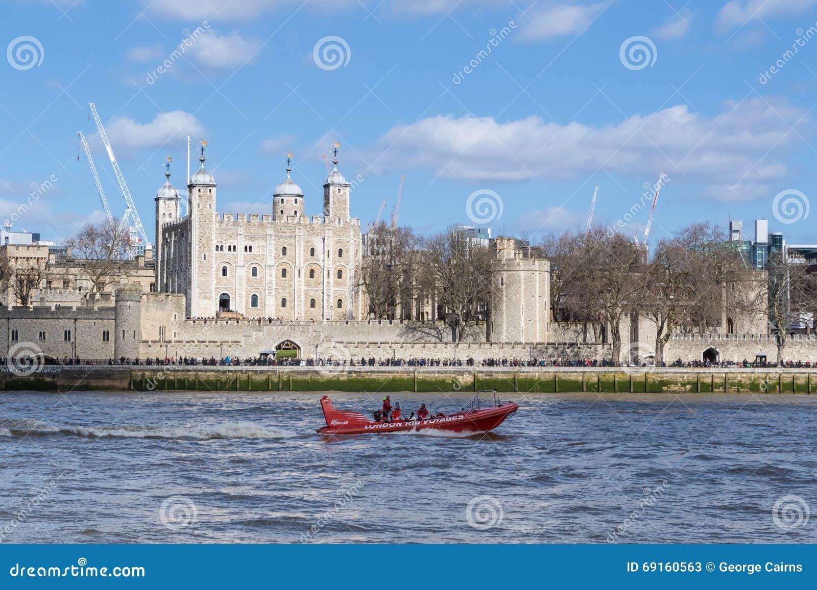 Turystycznej prędkości przepustek łódkowaty wierza Londo