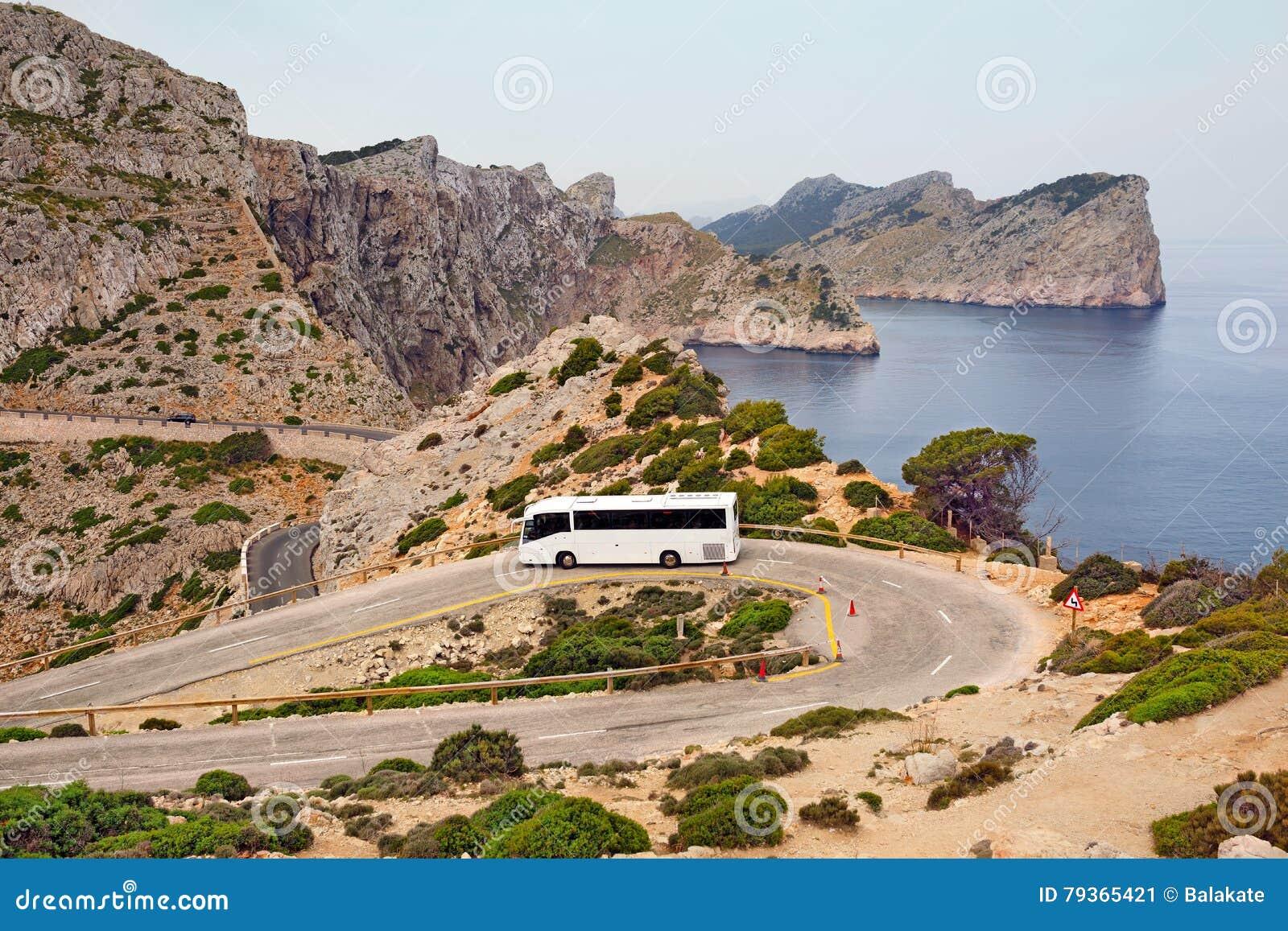 Turystyczny autobus na halnej drodze przylądek Formentor Wyspa Majorca, Hiszpania