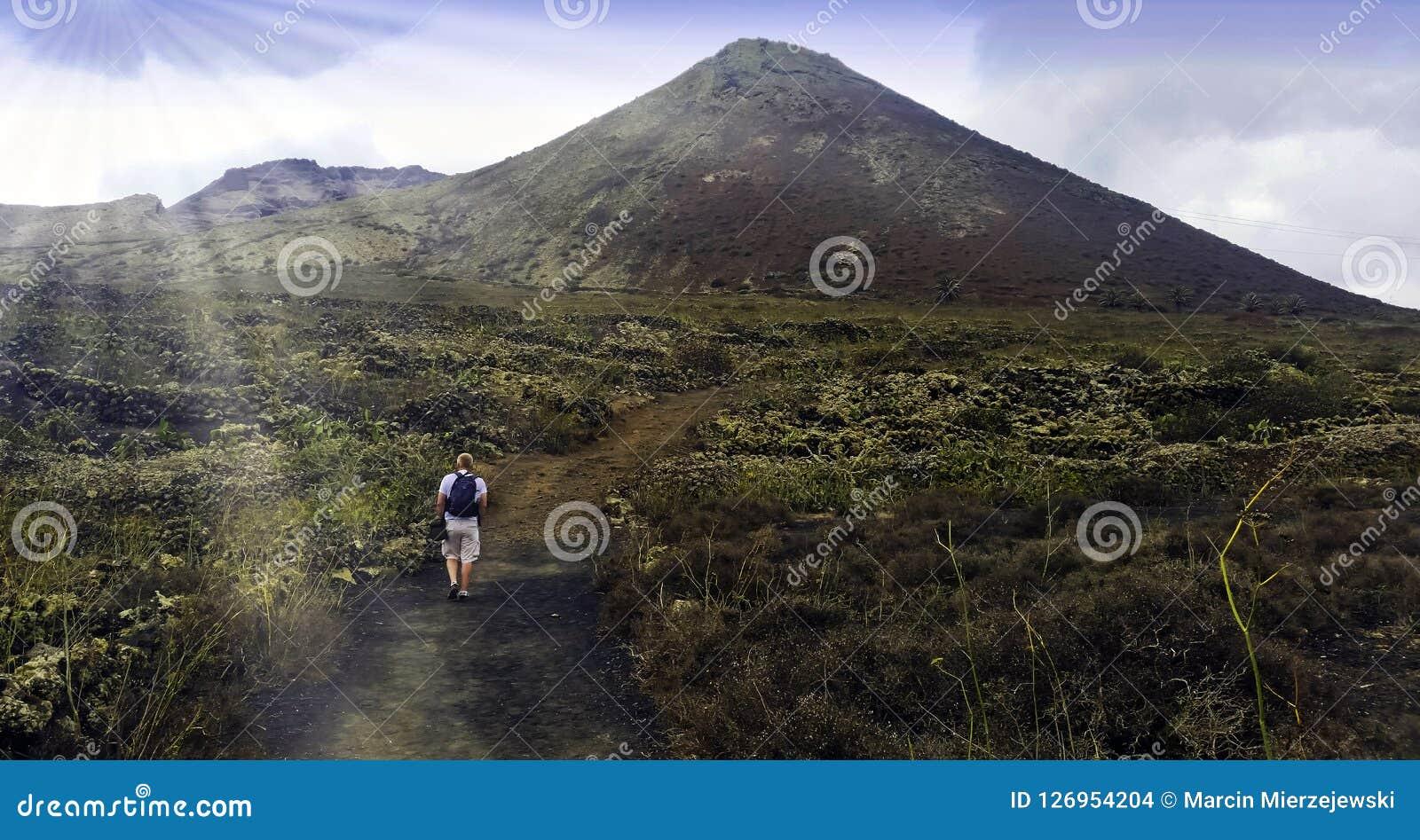 Turystyczny odprowadzenie wulkanu losu angeles korona słoneczna - Lanzarote, wyspy kanaryjska, Hiszpania