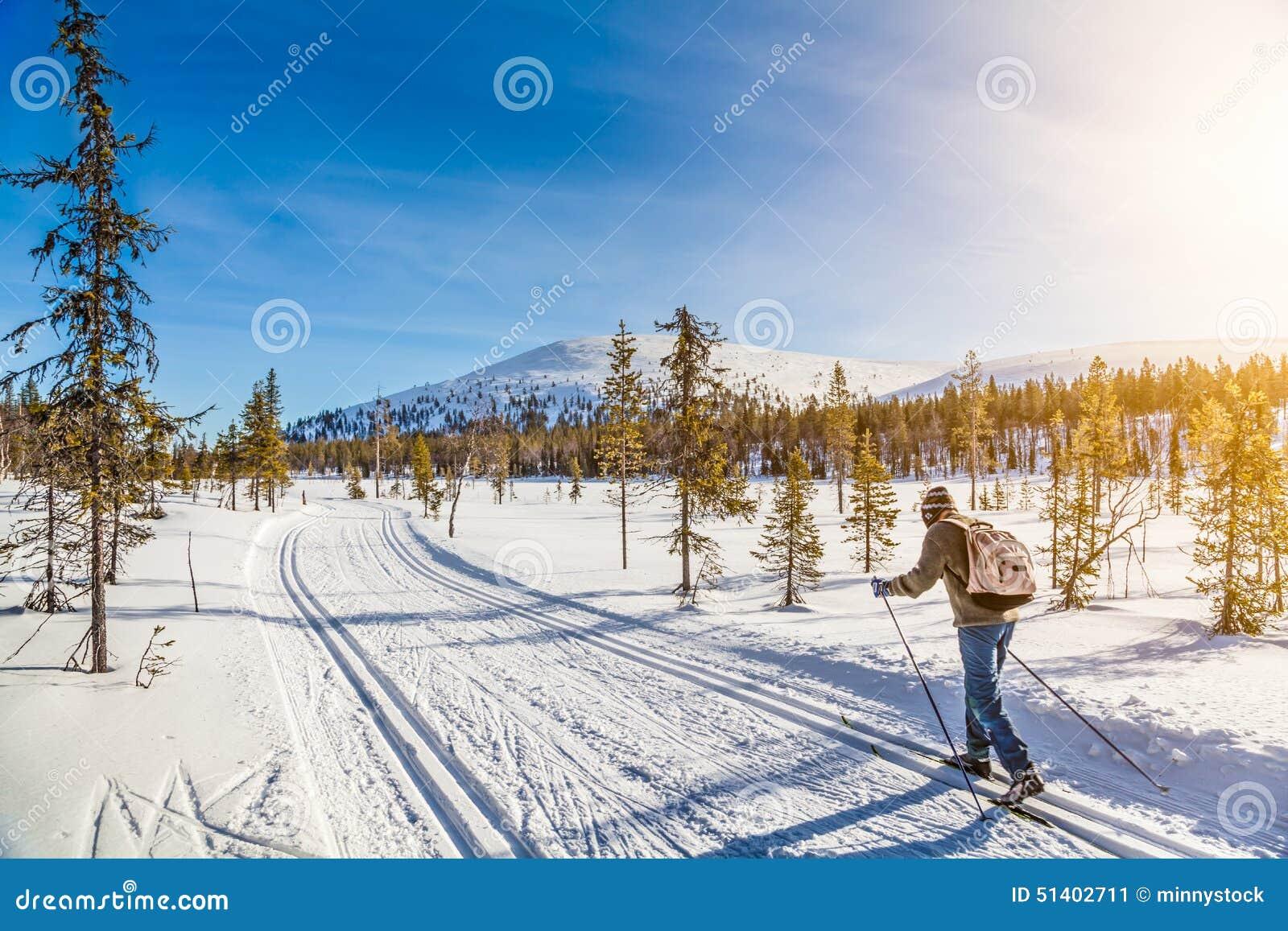 Turystyczny przez cały kraj narciarstwo w Scandinavia przy zmierzchem