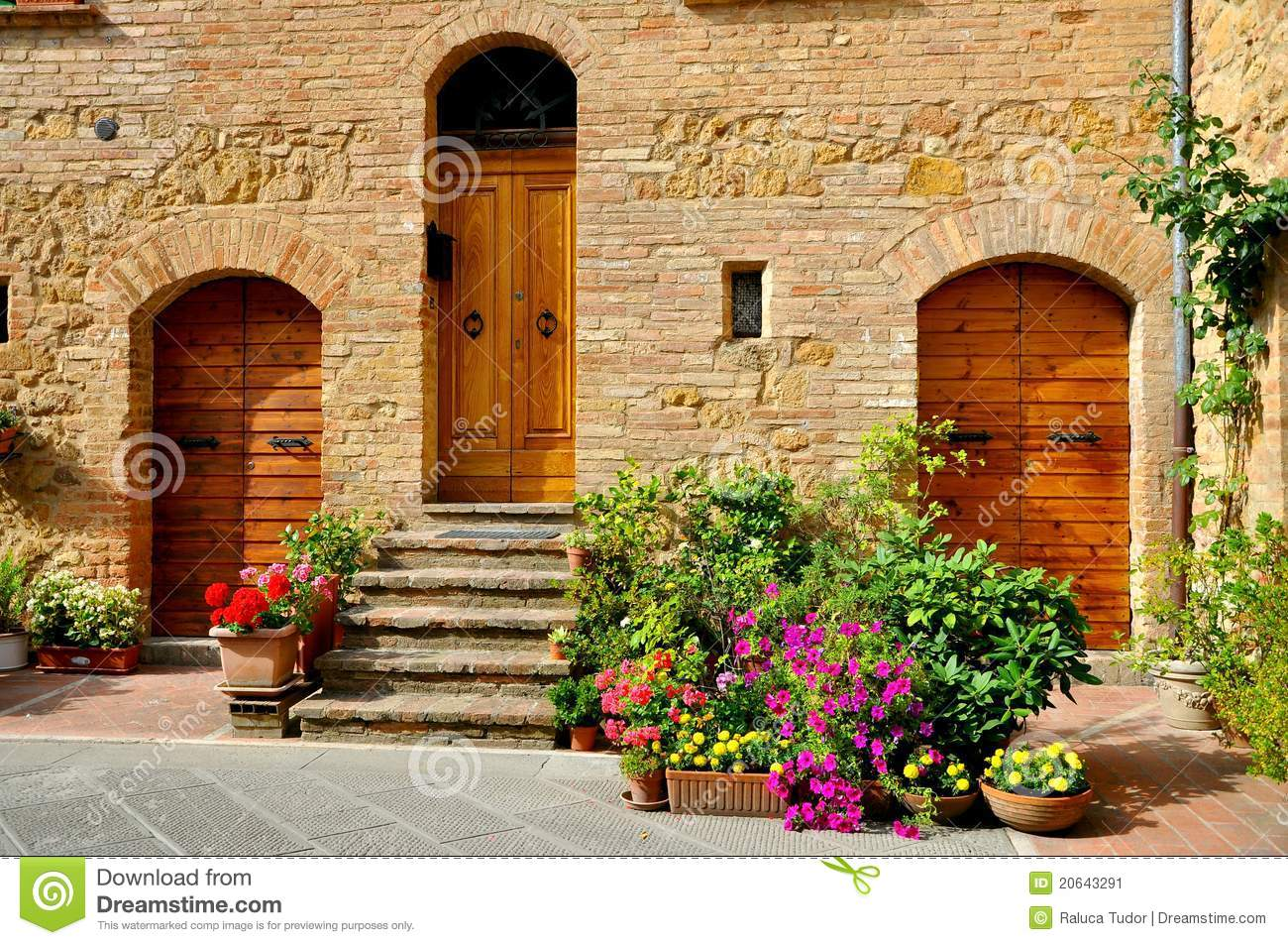 Tuscan traditional house in italy stock image image of for Casas con jardin interior