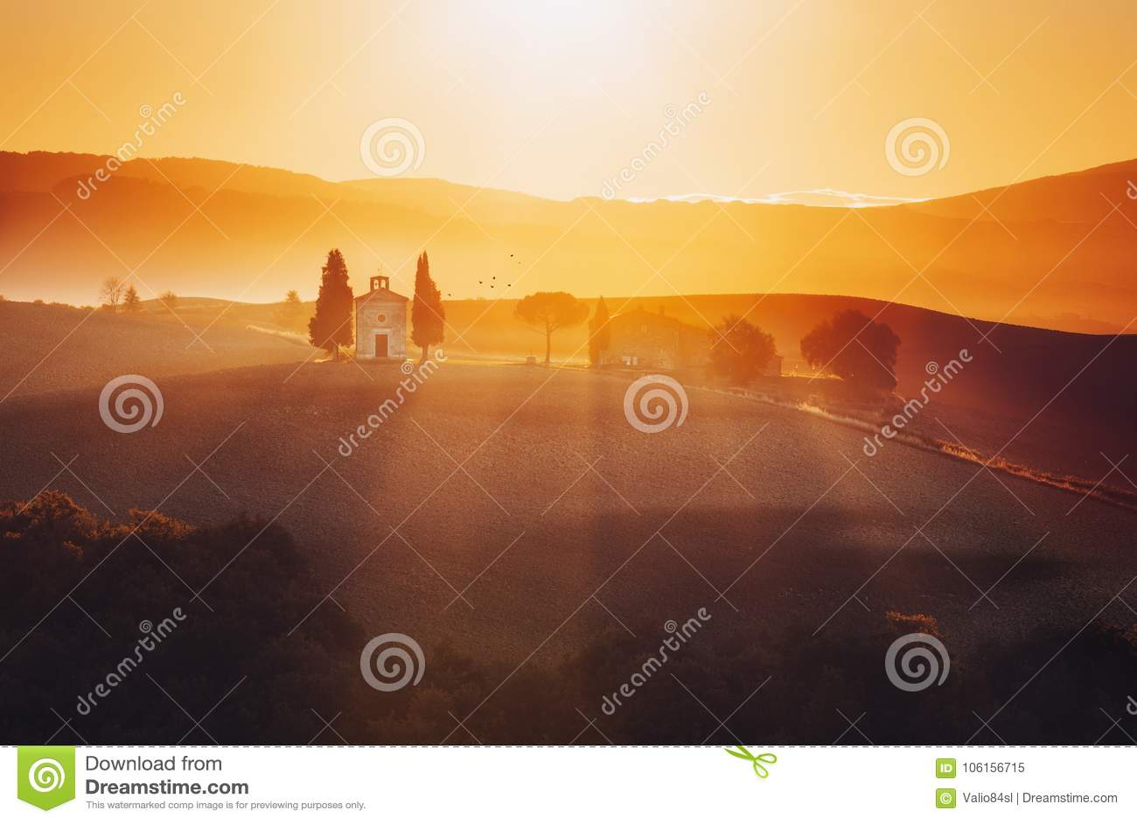 Tuscany krajobraz przy wschodem słońca z kaplicą madonn di troszkę