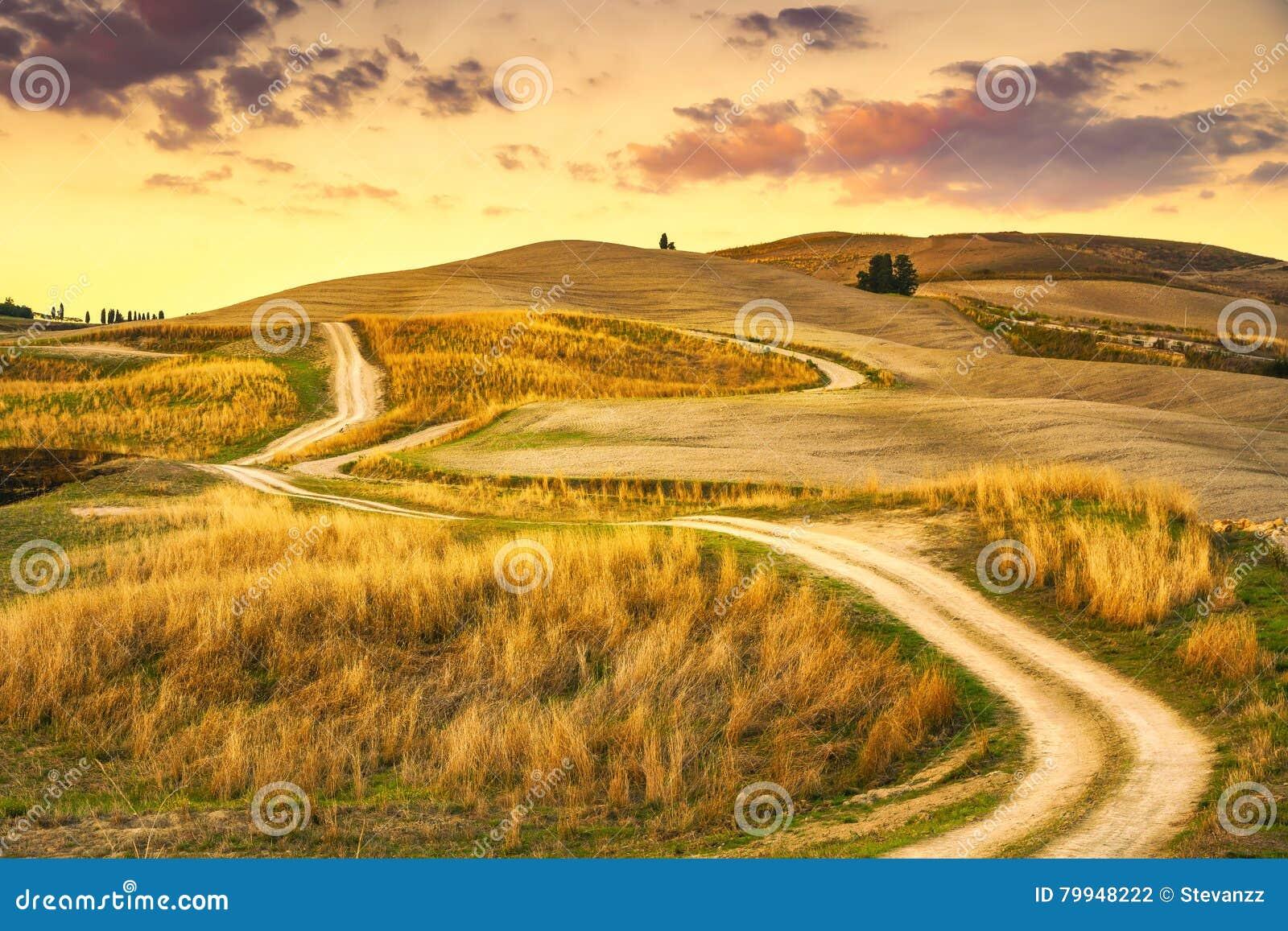Tuscany landskap, lantlig väg och grönt fält Volterra Italien