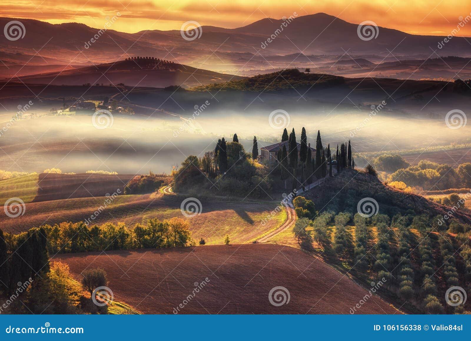 Tuscany, panoramiczny krajobraz z sławnego domu wiejskiego tocznymi wzgórzami