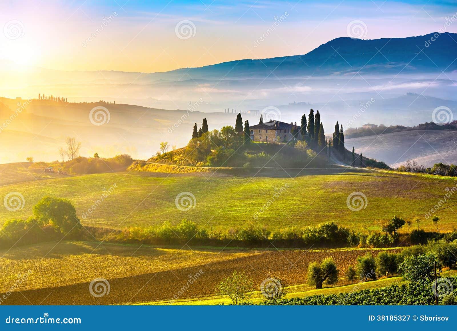 Tuscany przy wschodem słońca