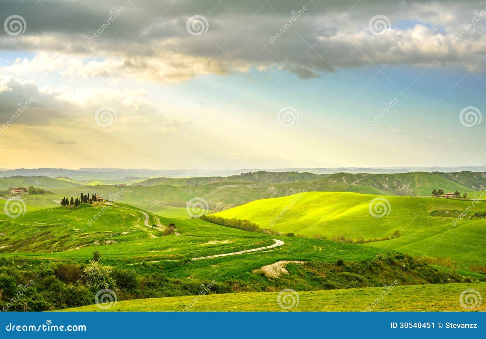 Tuscany, wiejski zmierzchu krajobraz. Wsi gospodarstwo rolne, biali drzewa, drogowi i cyprysowi.