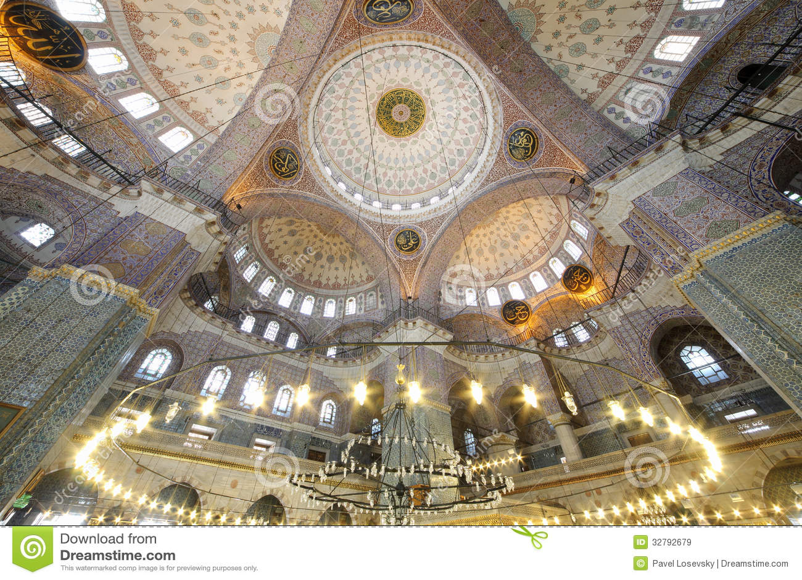 Tusen dollar härlig kupol i den gamla nya moskén (Yeni Cami)