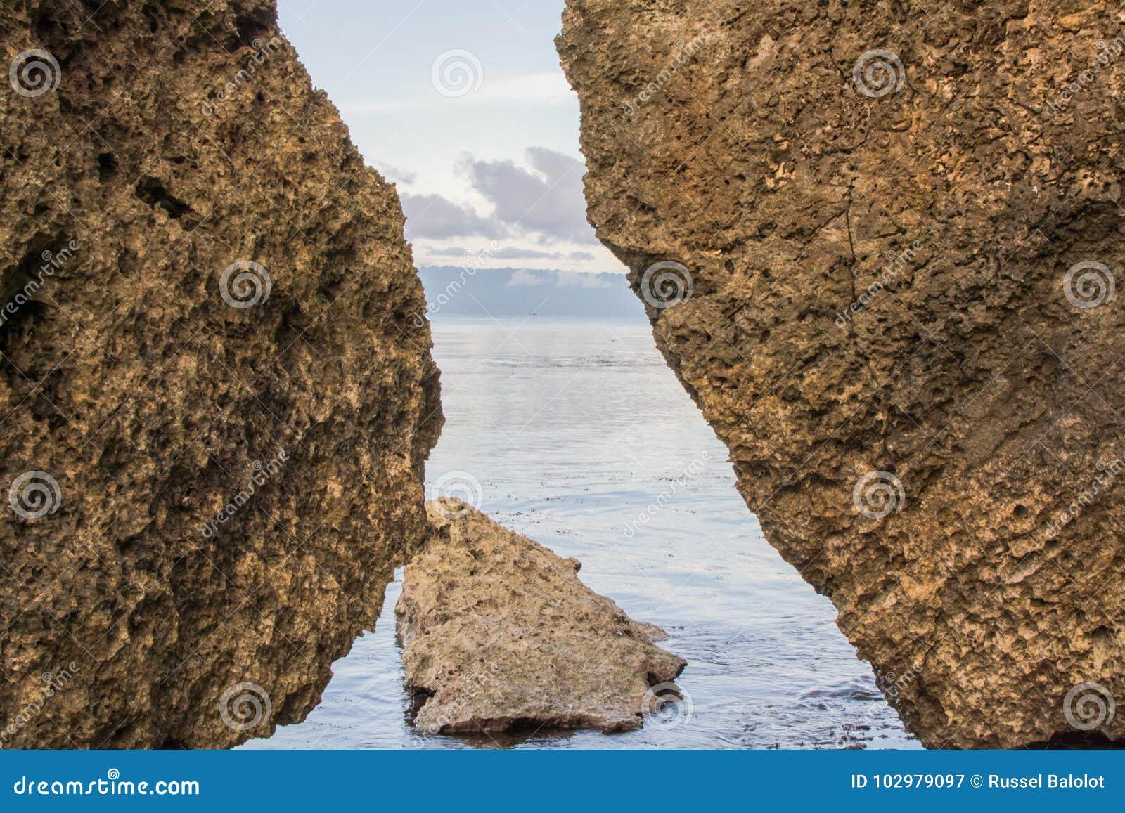 Tussen rotsen
