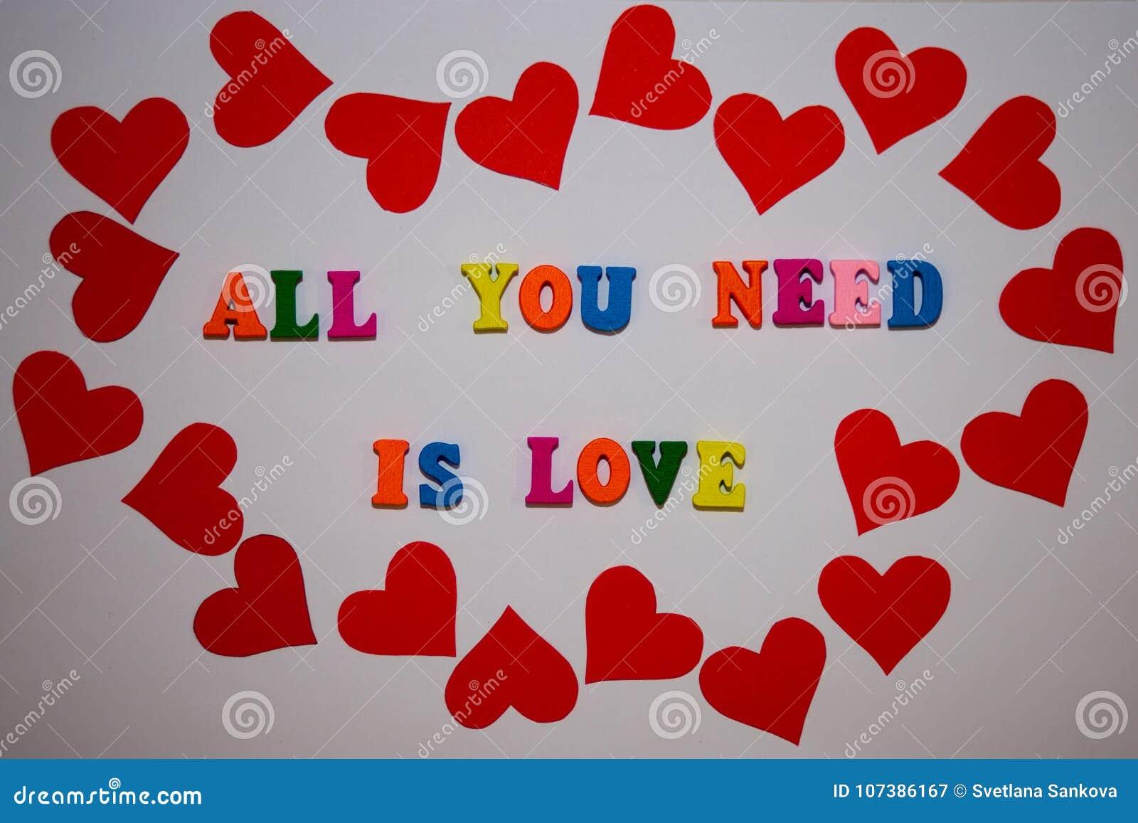 Tutto che abbiate bisogno di è messaggio di amore dalle lettere multicolori dell alfabeto su fondo bianco