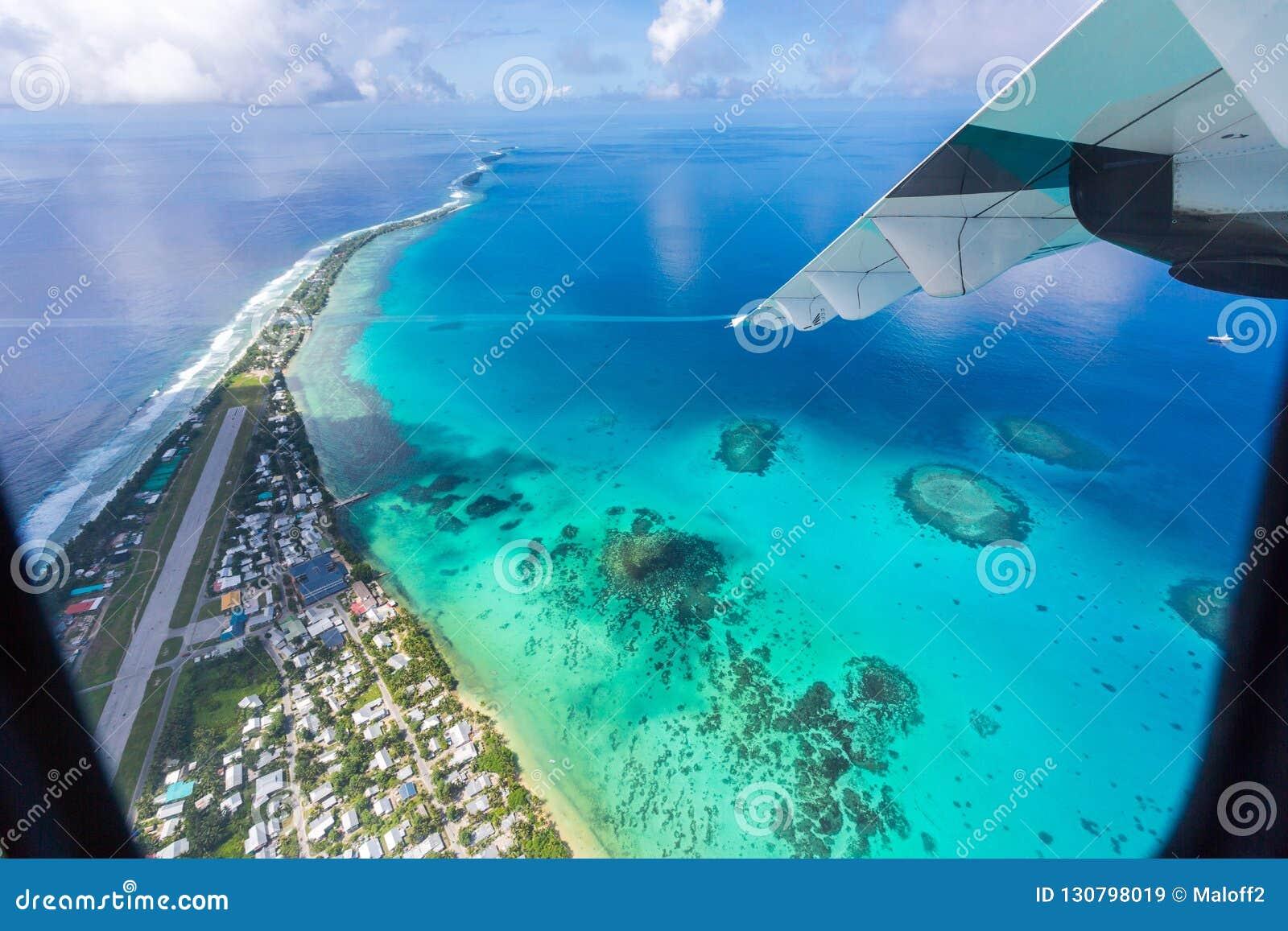 Tuvalu onder de vleugel van een vliegtuig, satellietbeeld van luchthaven Va