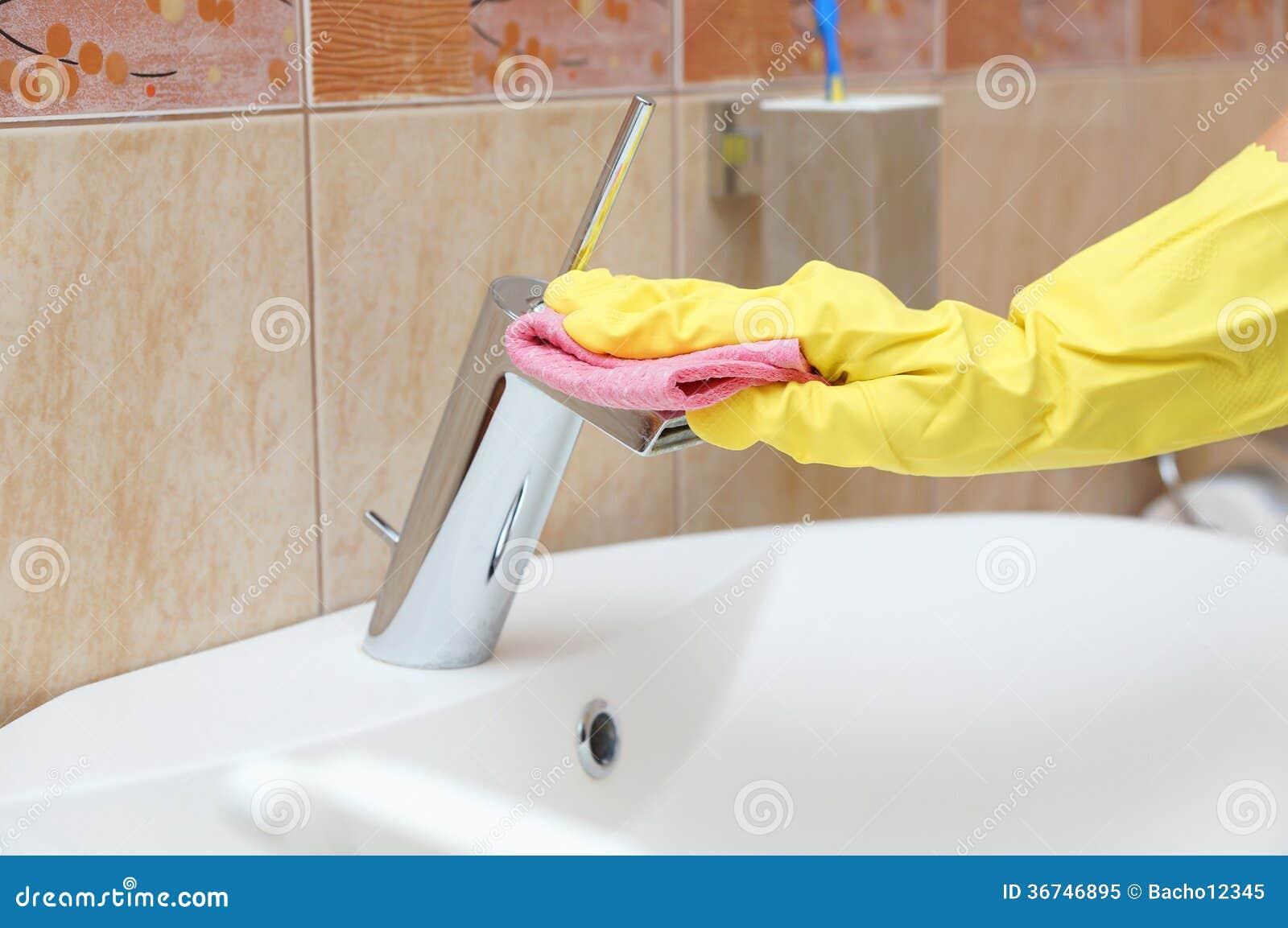 Tuyau de nettoyage dans la salle de bains