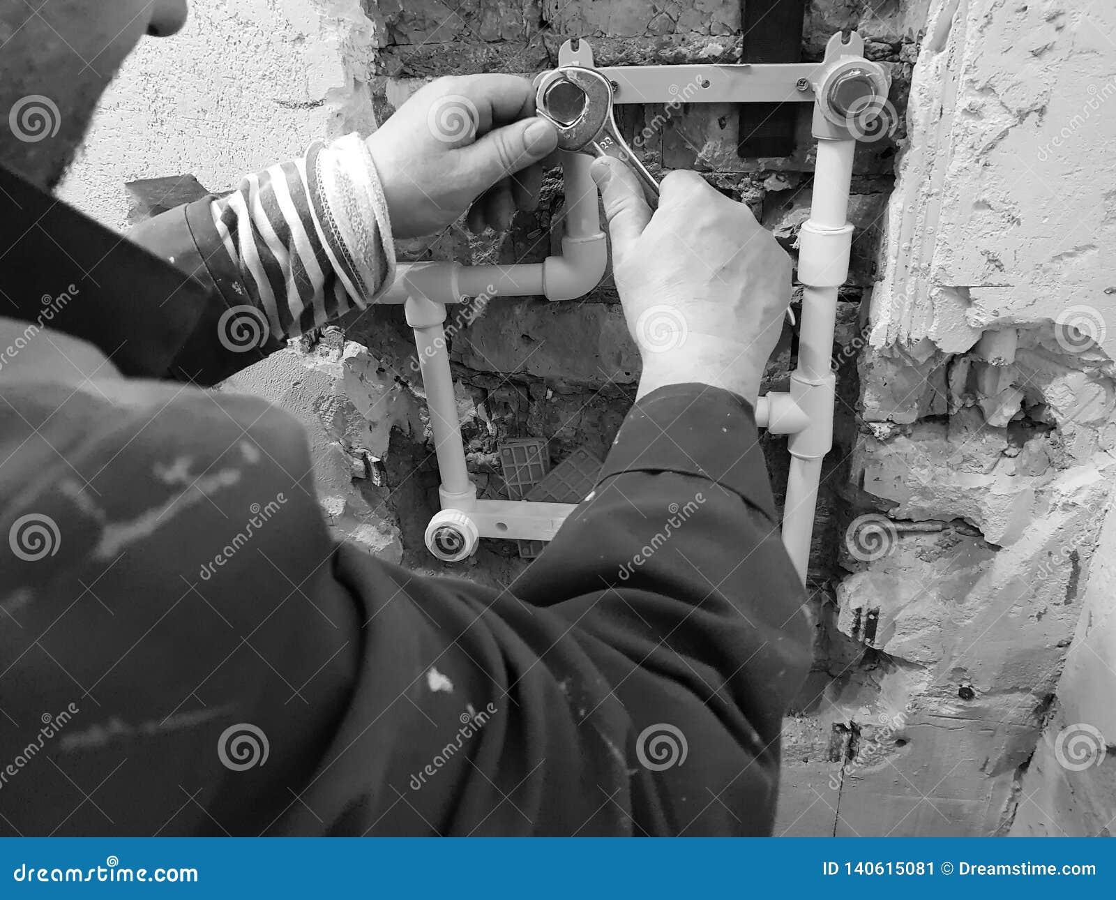 Tuyau et portes de propylène dans un mur de briques - soudure de propylène