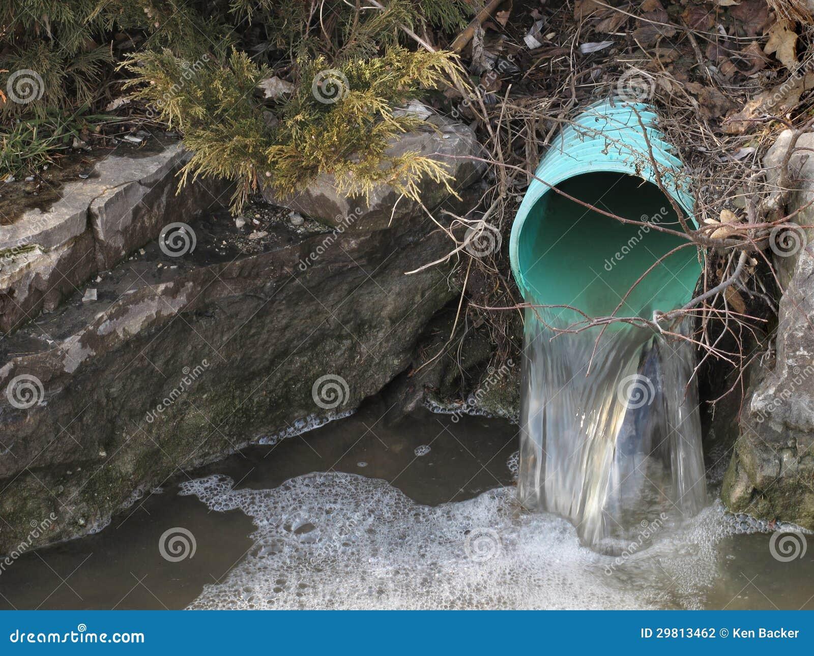 Tuyau ext rieur de drainage de l 39 eau photographie stock for Drainage piscine