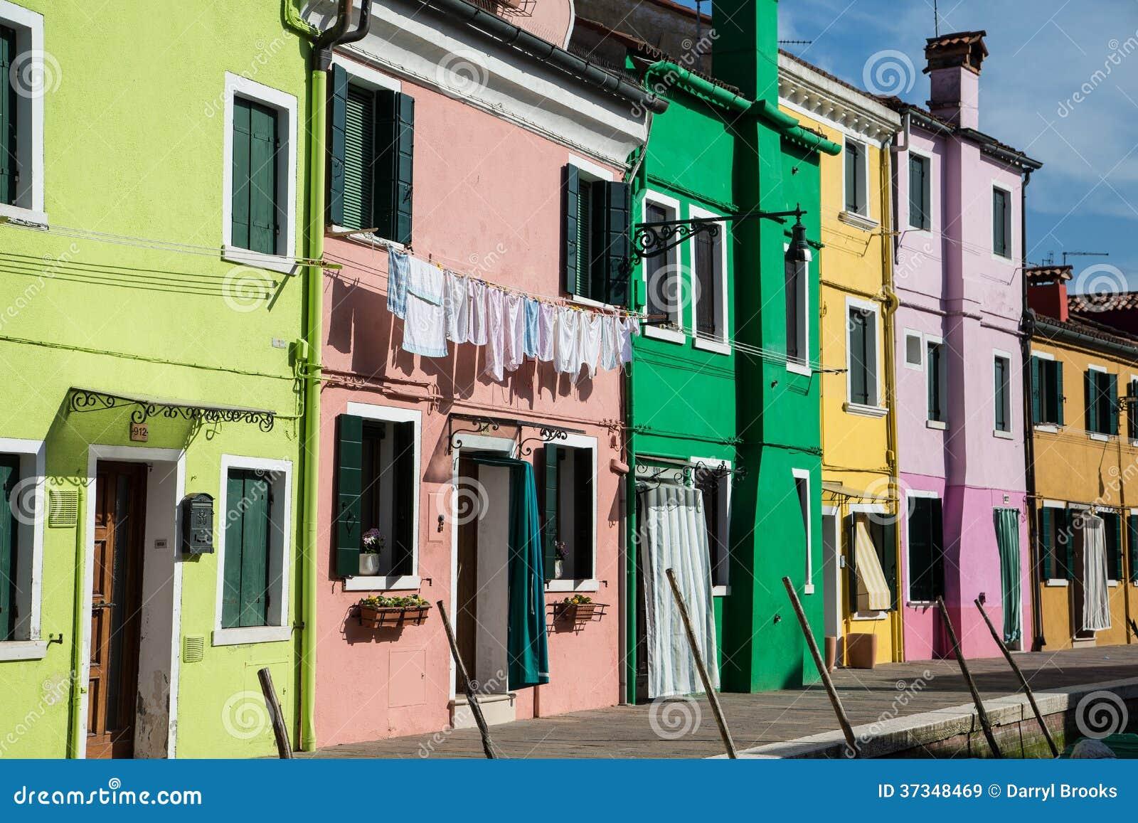 Tvätteri på rosa Burano byggnad