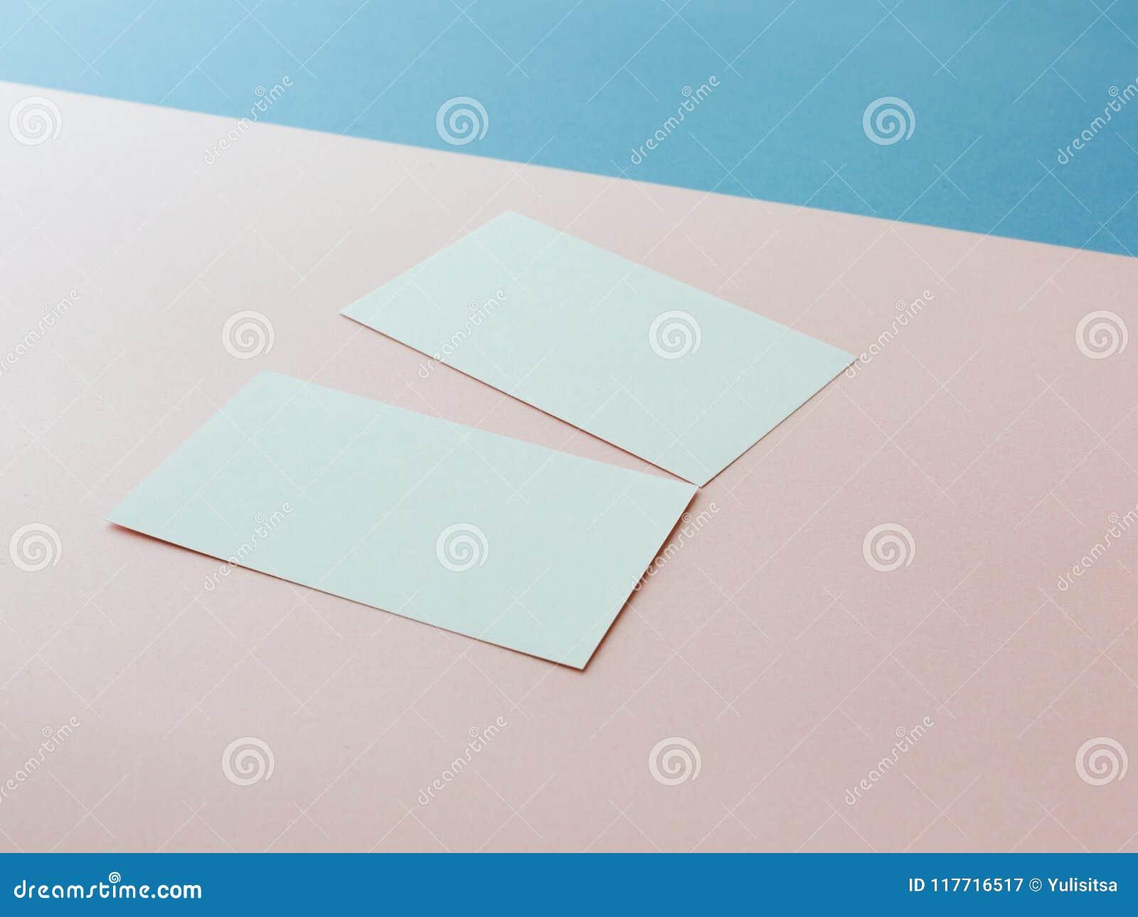 Två affärskort på mångfärgad bakgrund