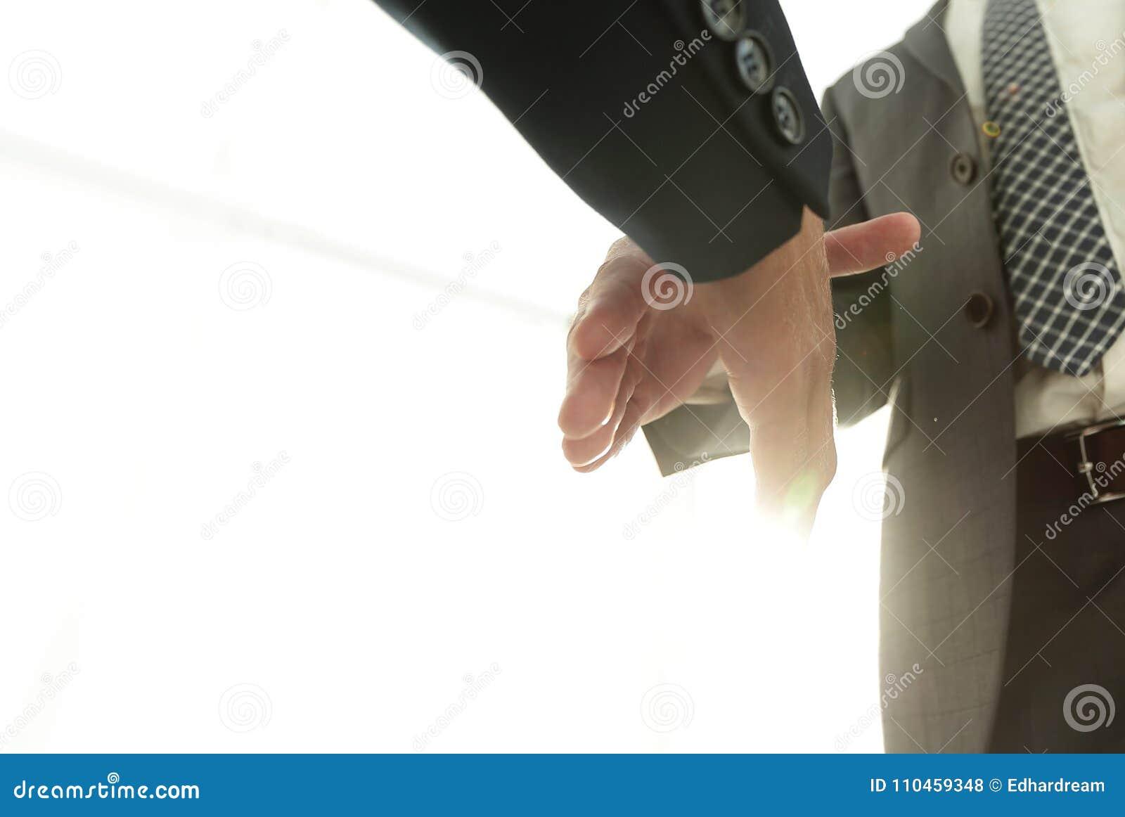 Två affärsmän som går att göra handskakningen