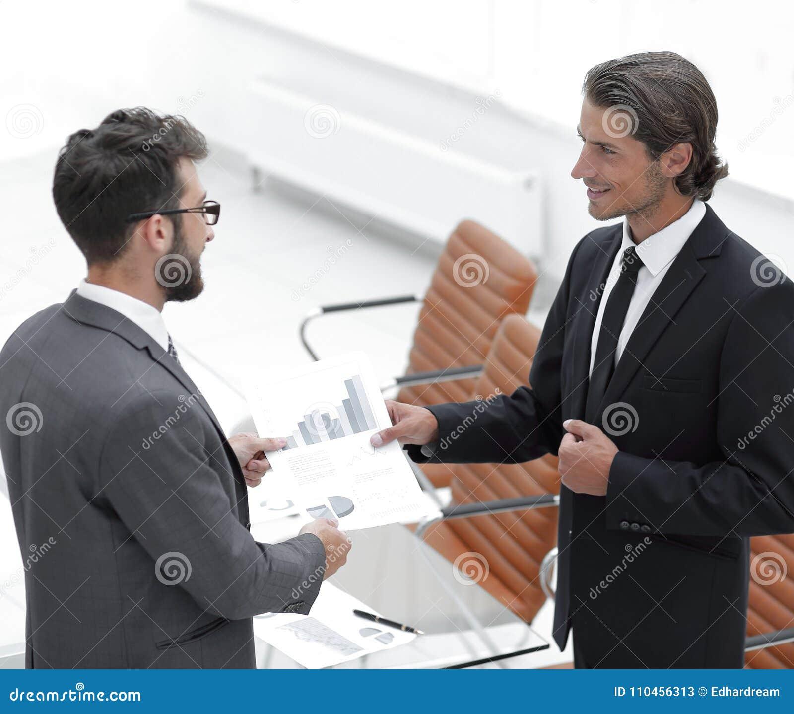 Två affärsmän som talar i kontoret