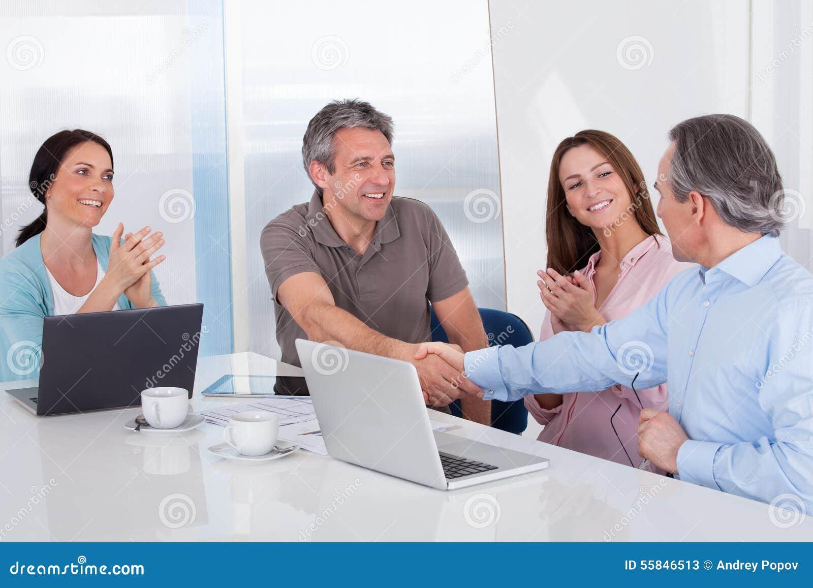 Två affärsman Shaking Hand