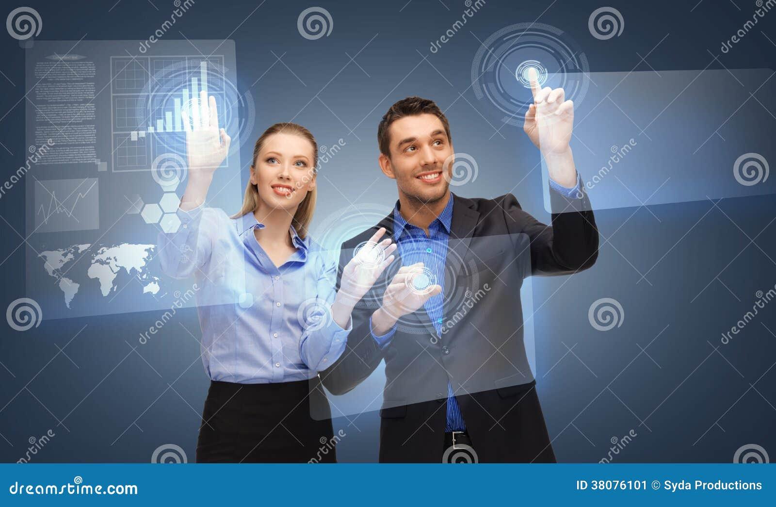 Två affärspersoner som arbetar med den faktiska skärmen