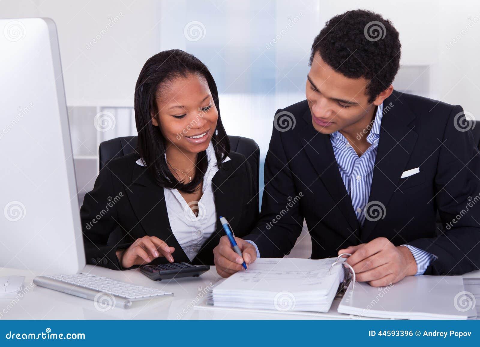 Två affärspersoner som gör finansarbete