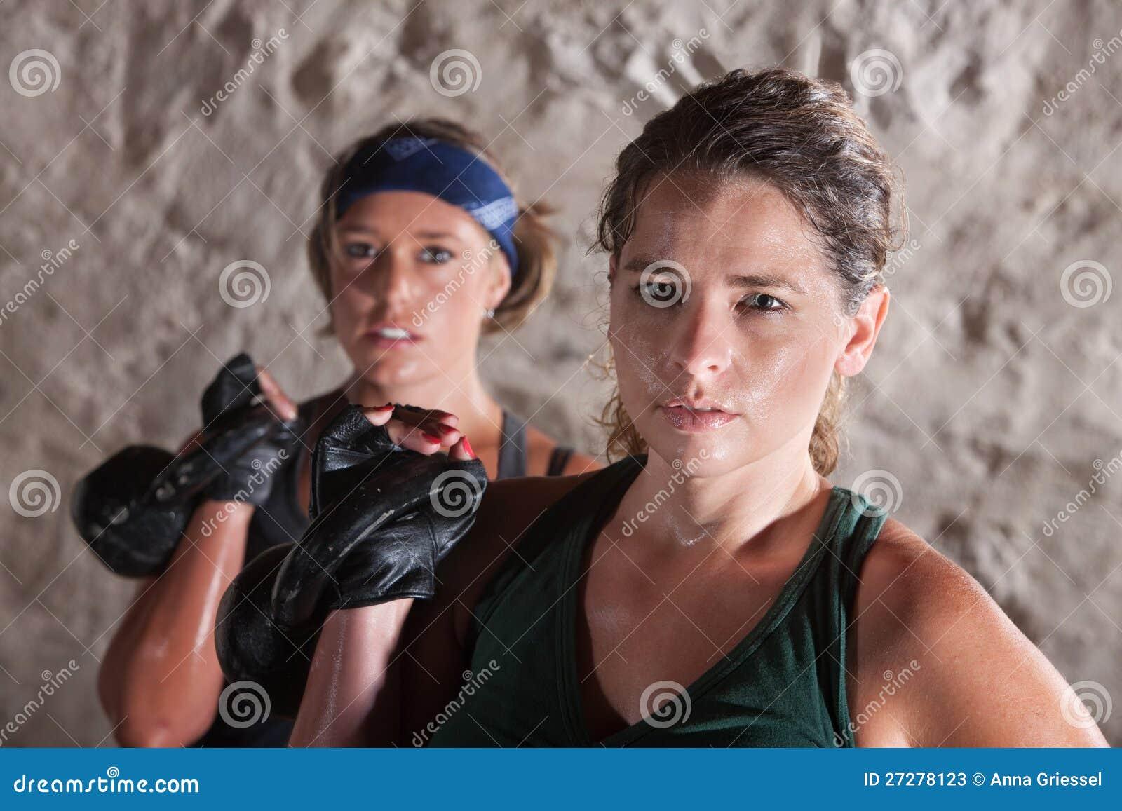Två allvarliga kvinnor som ut fungerar