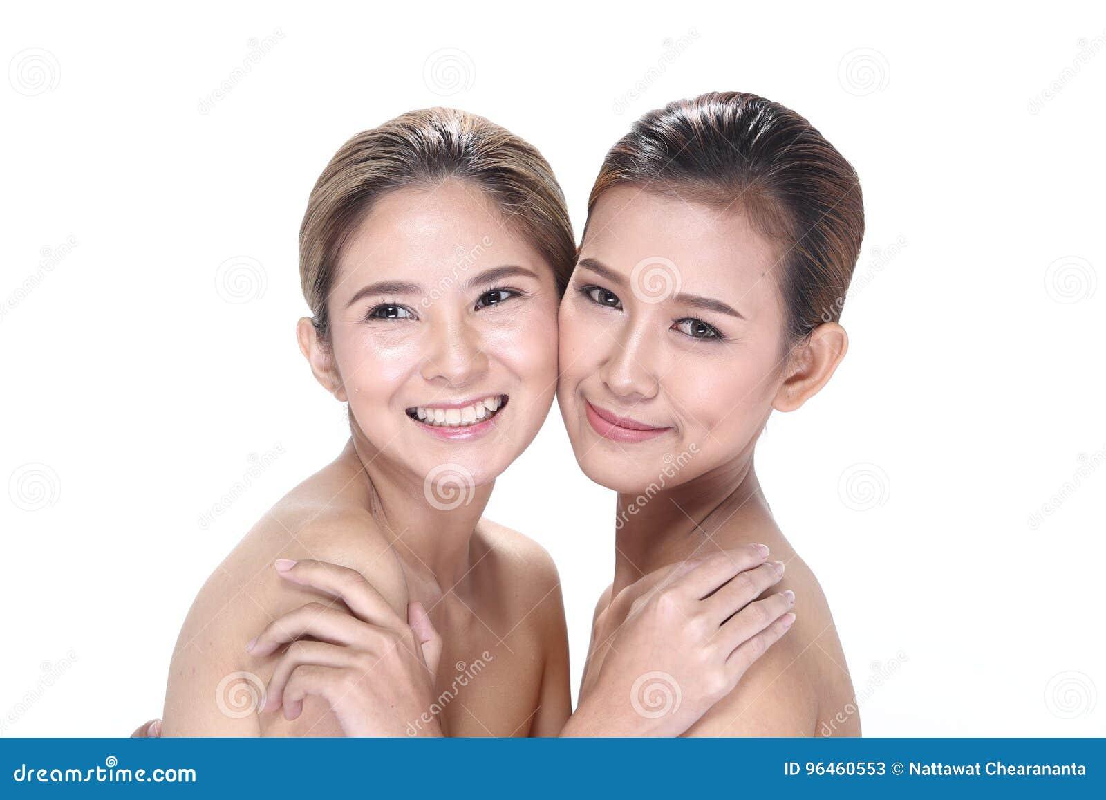 Två asiatiska kvinnor med härligt modesmink slogg in hår